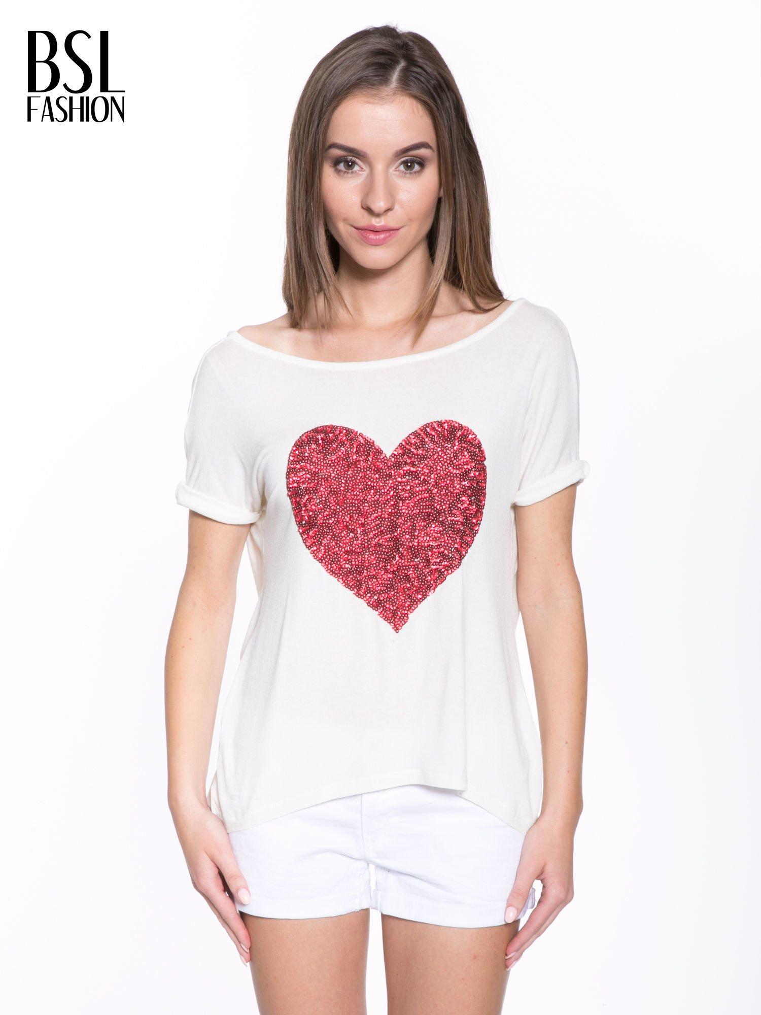 Biały t-shirt z czerwonym sercem z cekinów                                  zdj.                                  1