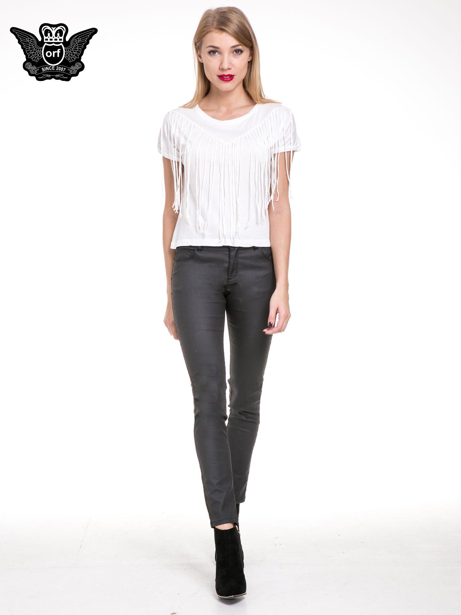 Biały t-shirt z frędzlami z przodu                                  zdj.                                  2