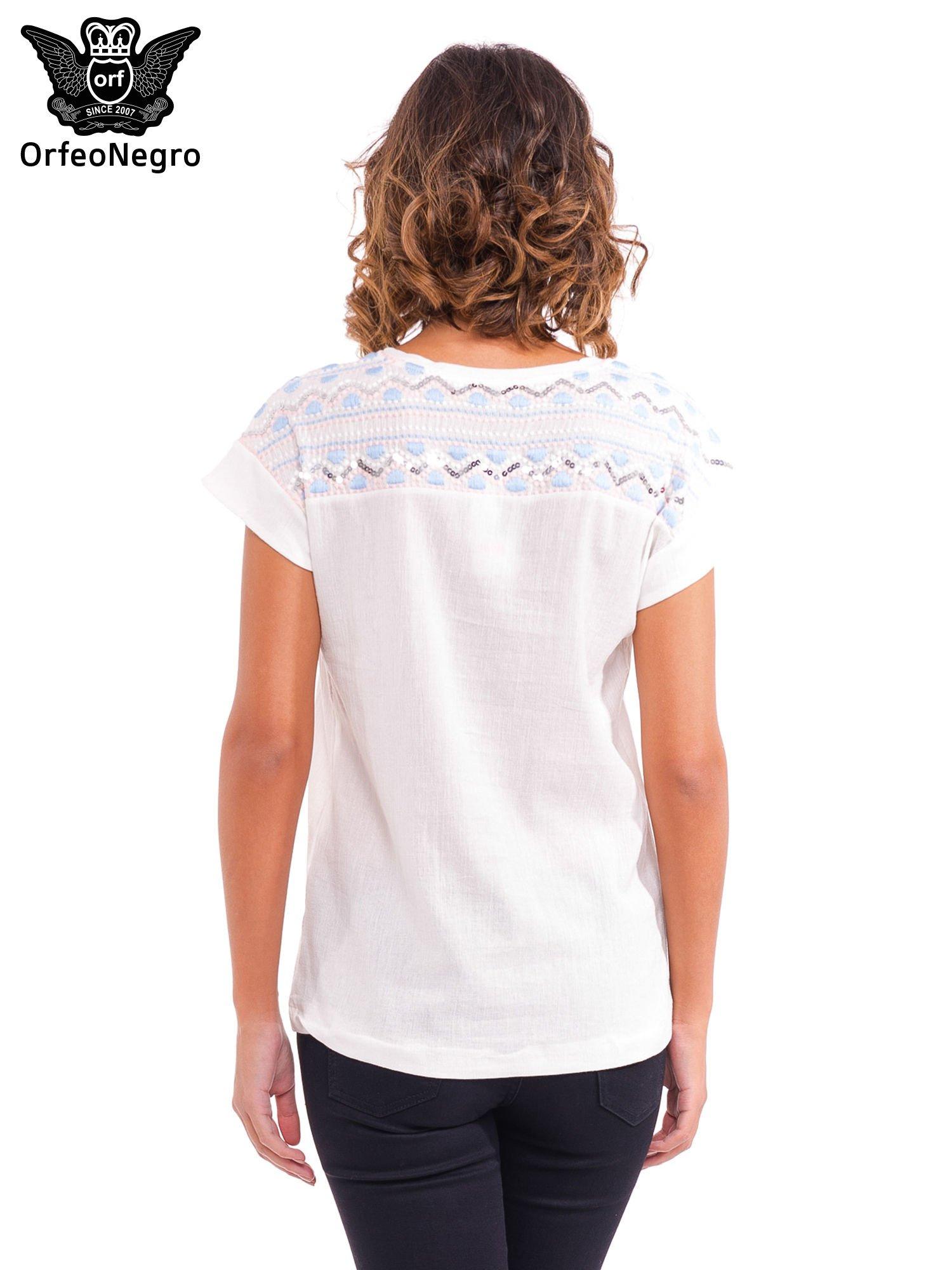 Biały t-shirt z haftem na plecach zdobionym cekinami                                   zdj.                                  4