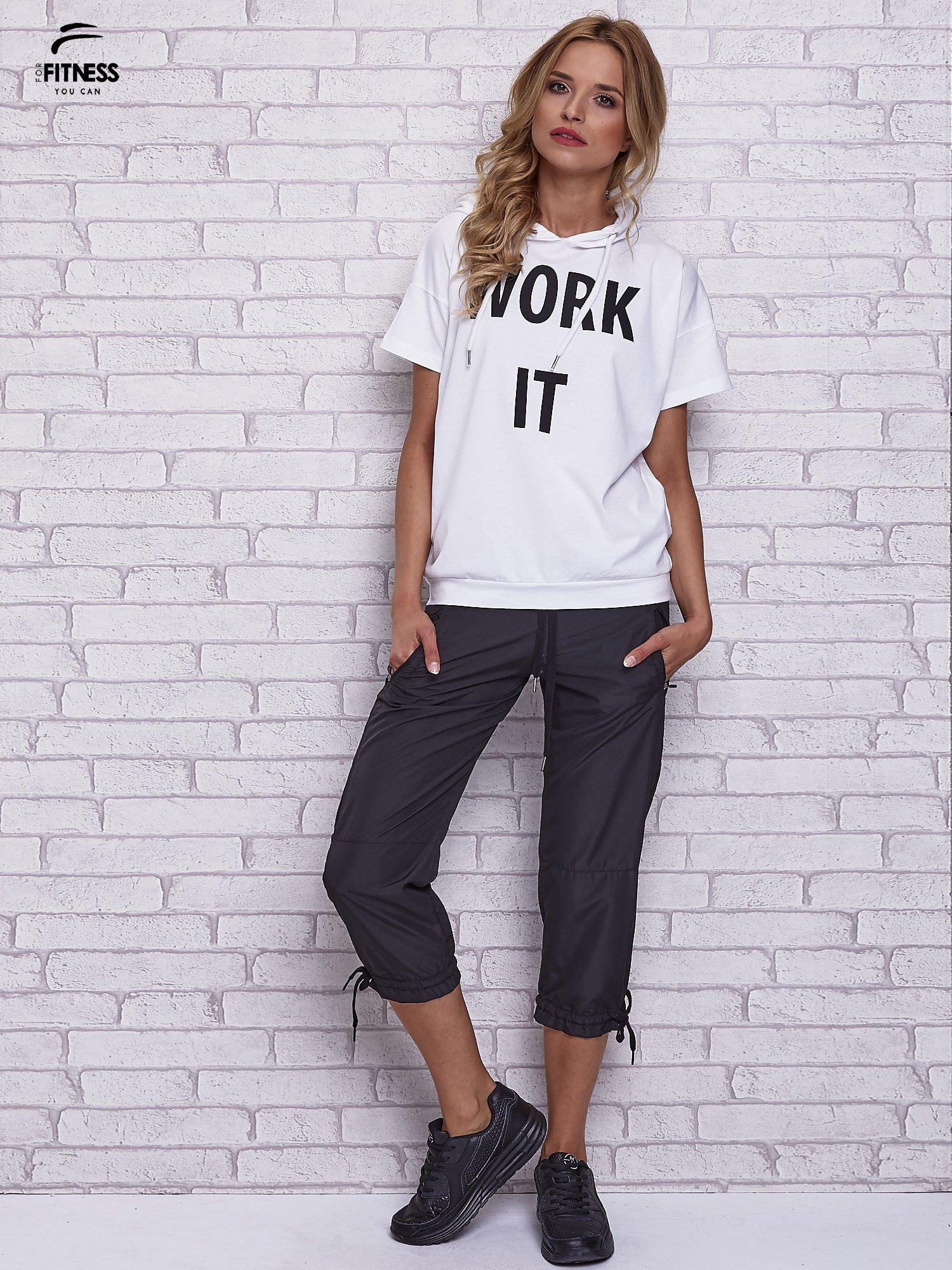 Biały t-shirt z kapturem i napisem WORK IT                                  zdj.                                  2