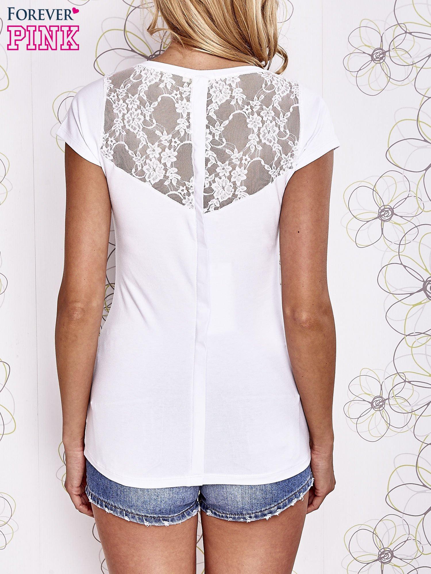 Biały t-shirt z kieszonką i koronkowym tyłem                                  zdj.                                  4