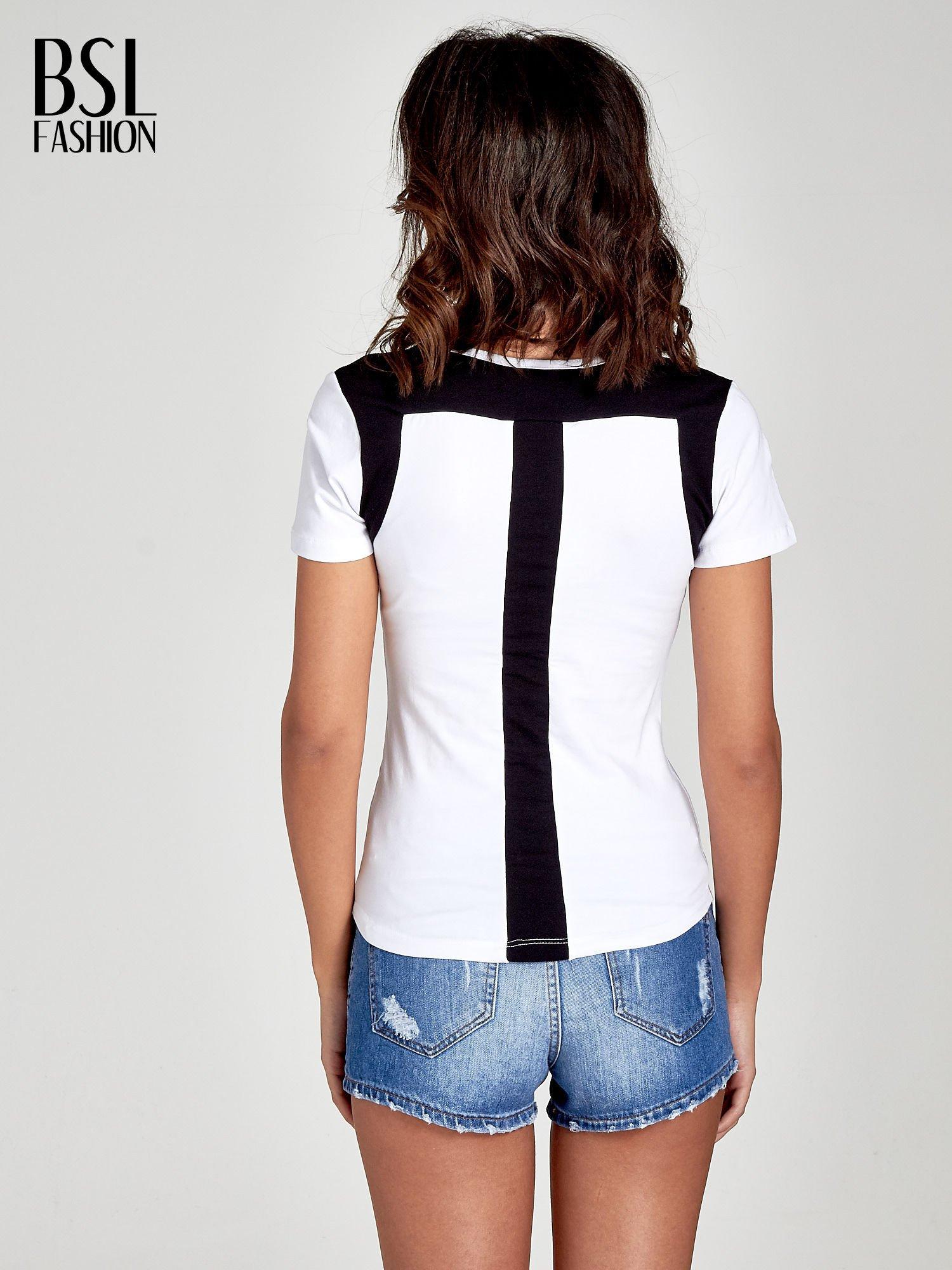 Biały t-shirt z kontrastowym panelem na plecach                                  zdj.                                  4