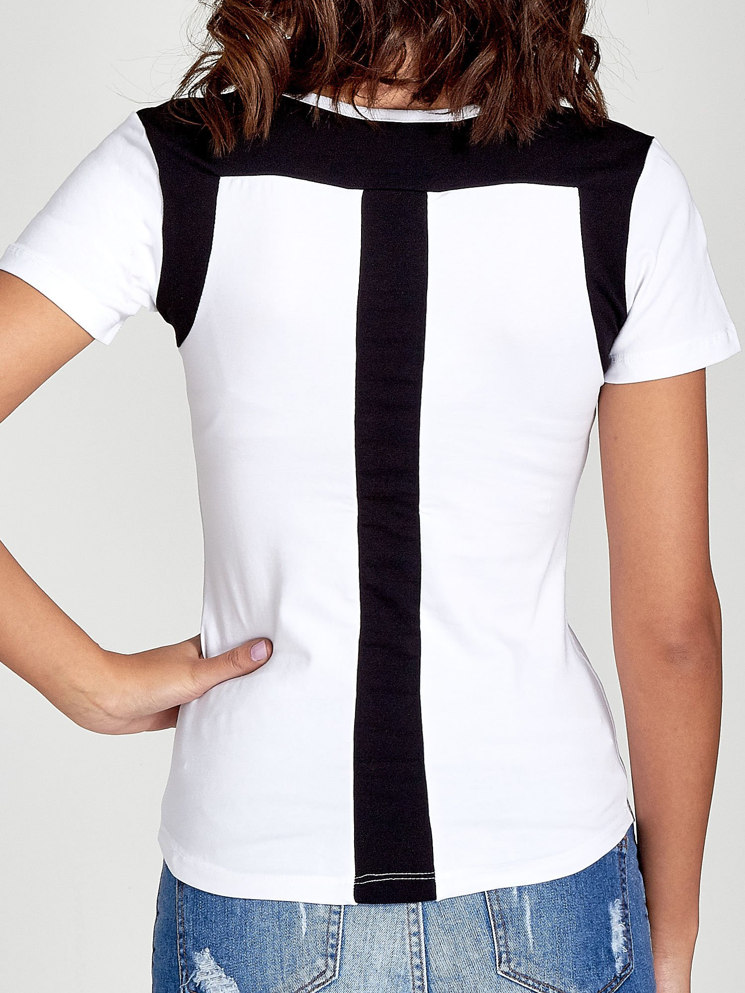 Biały t-shirt z kontrastowym panelem na plecach                                  zdj.                                  6