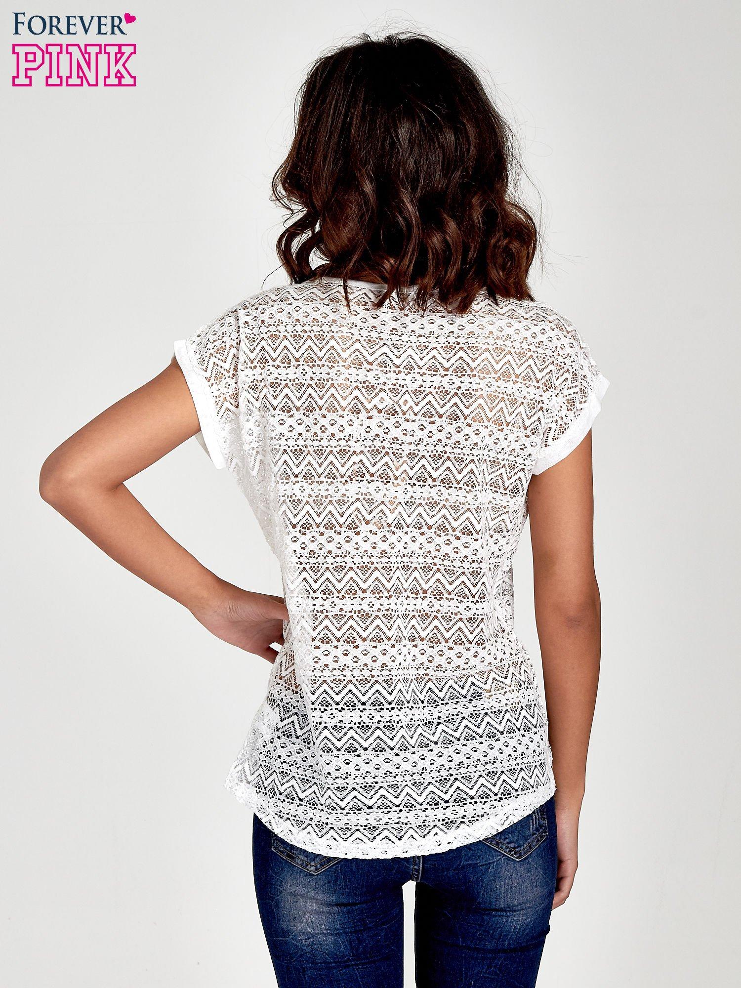 Biały t-shirt z koronkowym tyłem i dżetami                                  zdj.                                  4