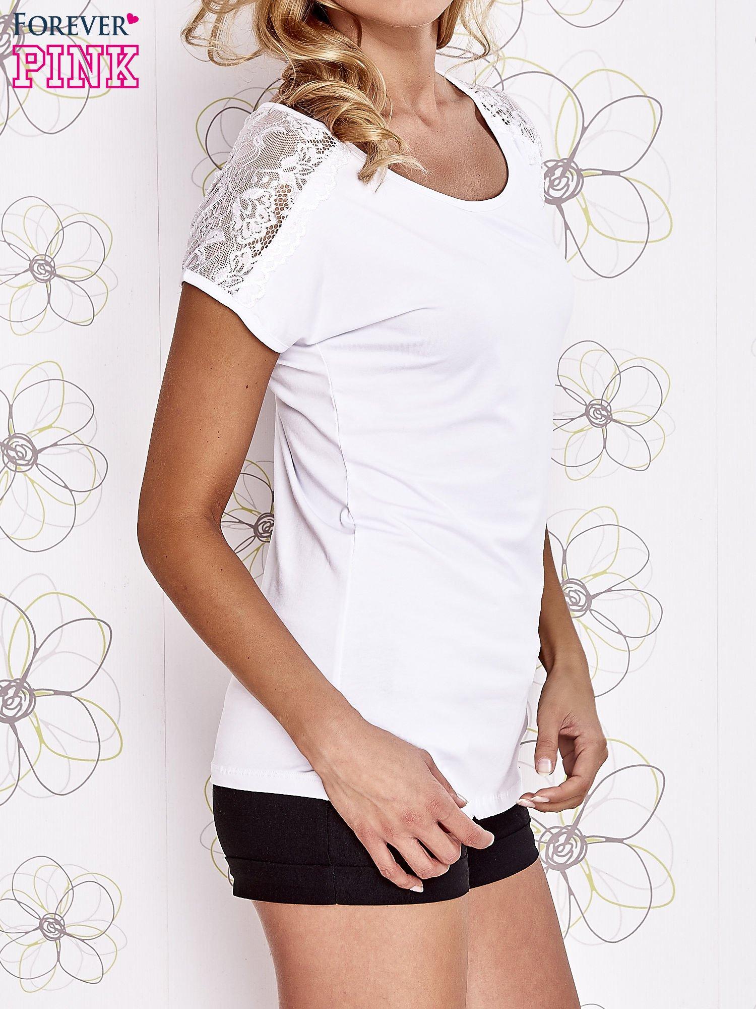 Biały t-shirt z koronkowym wykończeniem rękawów                                  zdj.                                  3