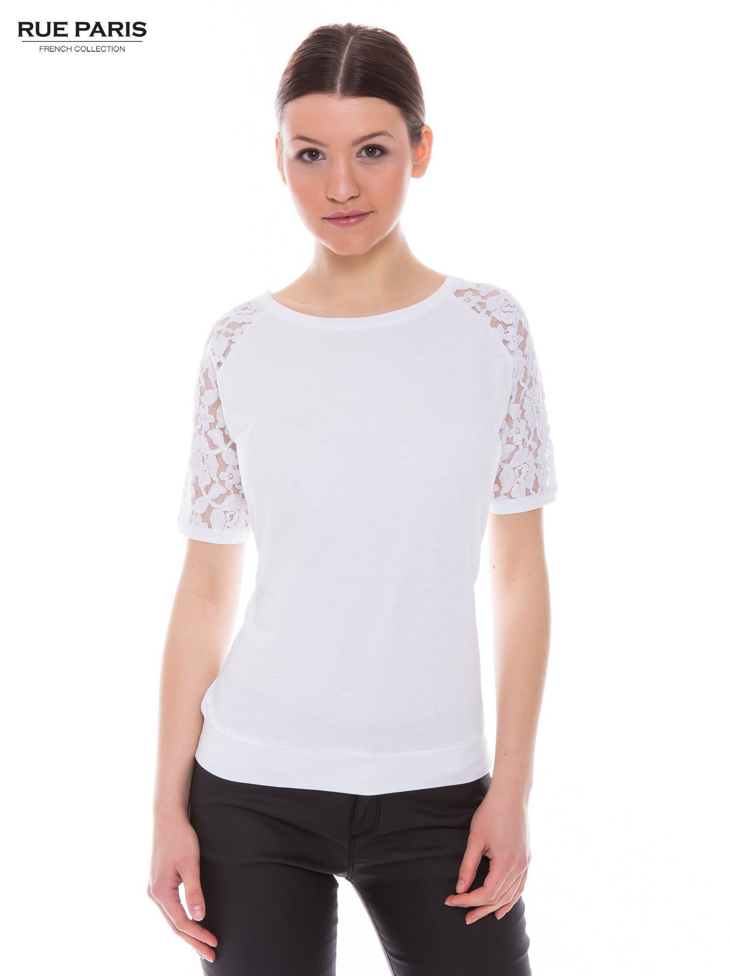 Biały t-shirt z koronkowymi rękawami długości 3/4                                  zdj.                                  1