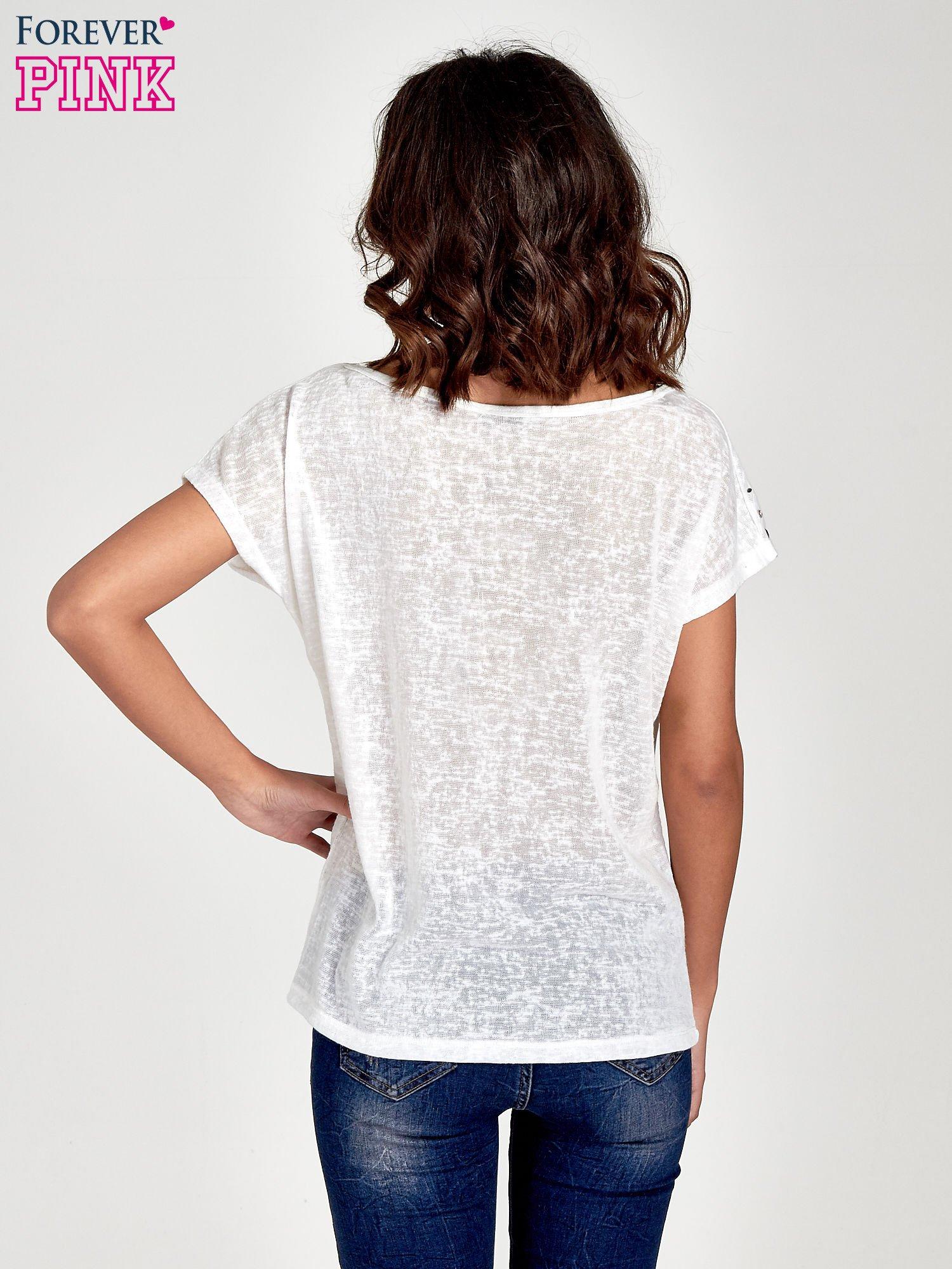 Biały t-shirt z kryształkami na rękawach                                  zdj.                                  4