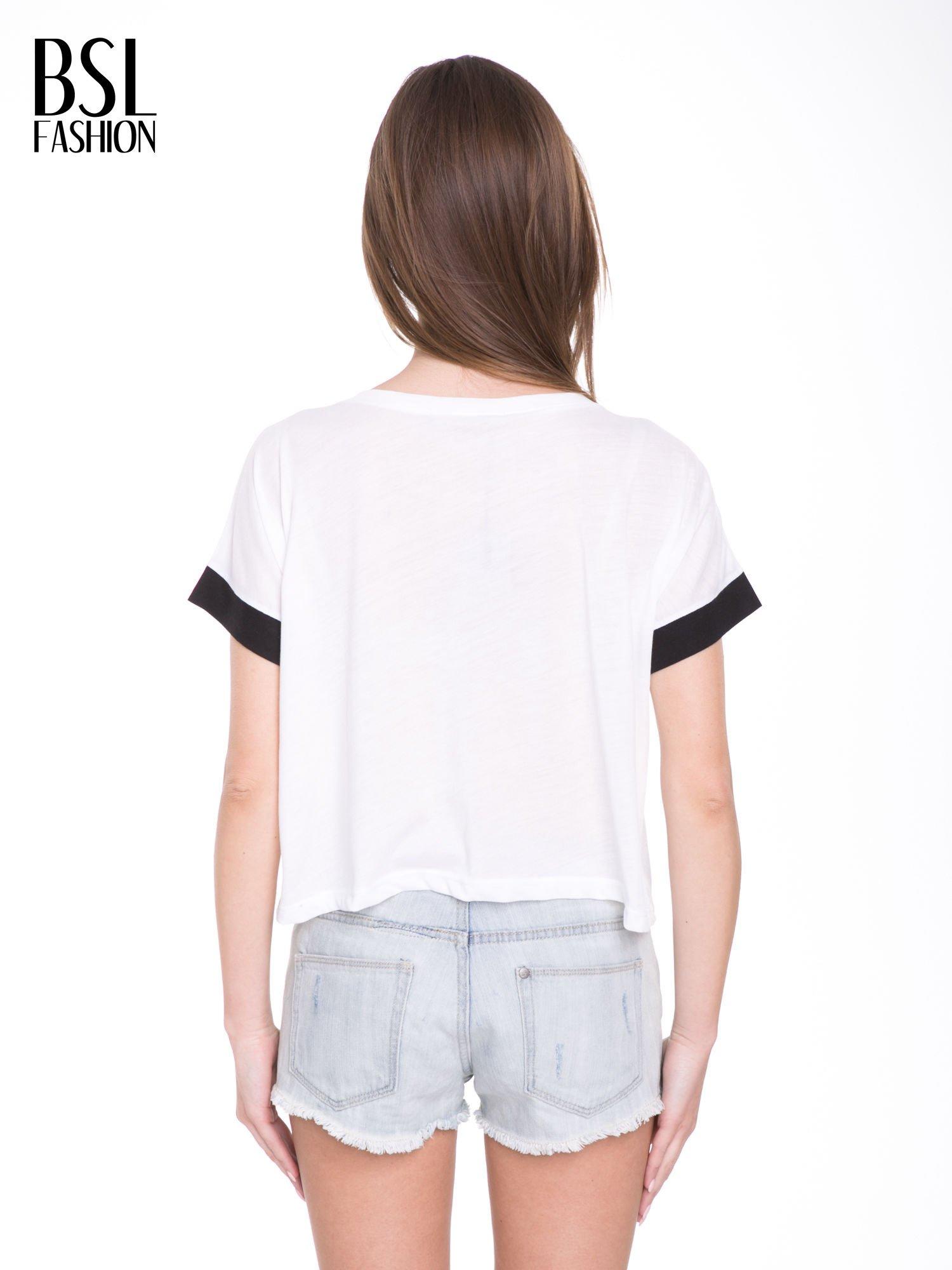 Biały t-shirt z literą B i kontrastowymi rękawami w stylu baseballowym                                  zdj.                                  4
