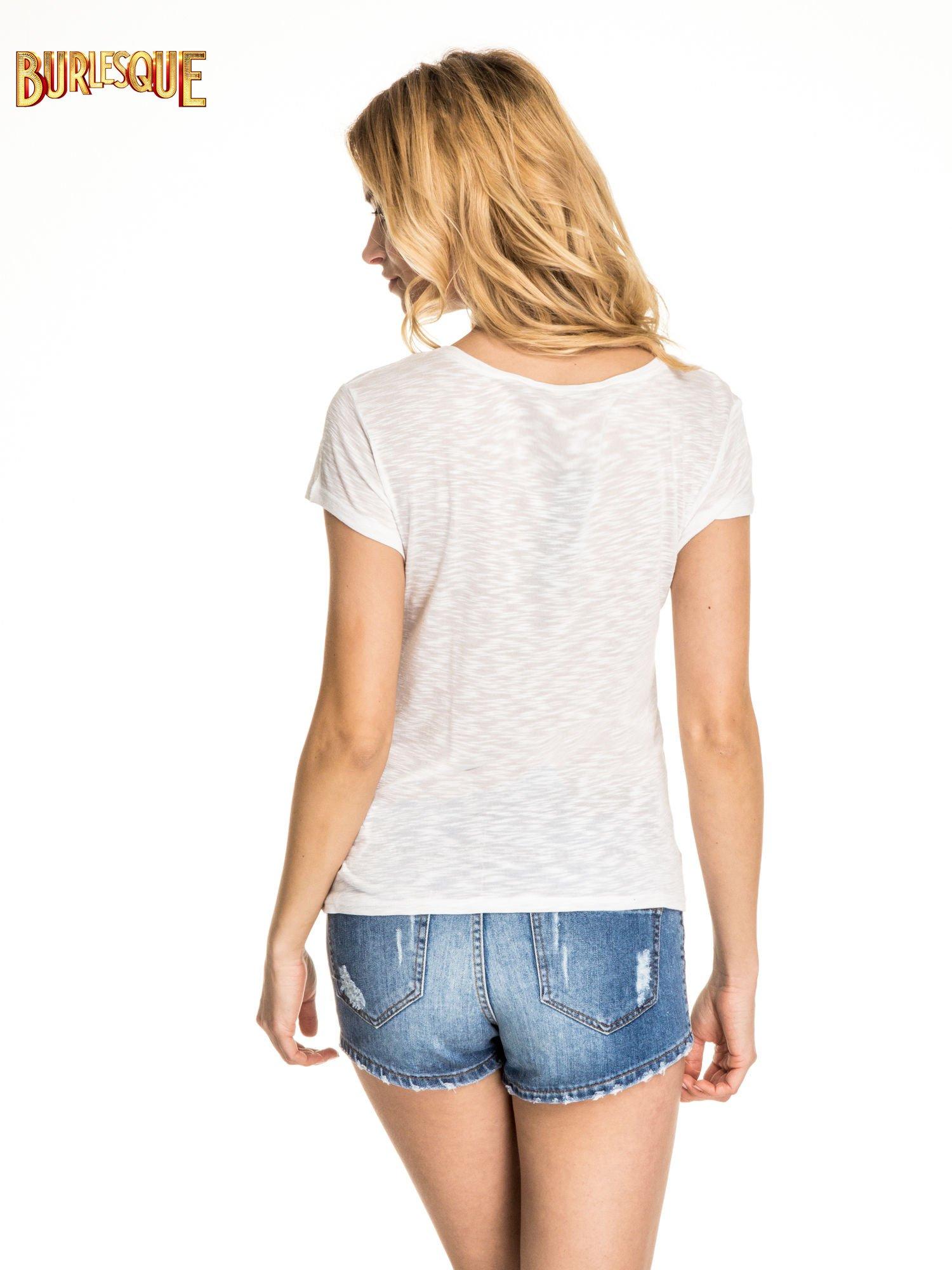 Biały t-shirt z literą W                                  zdj.                                  4