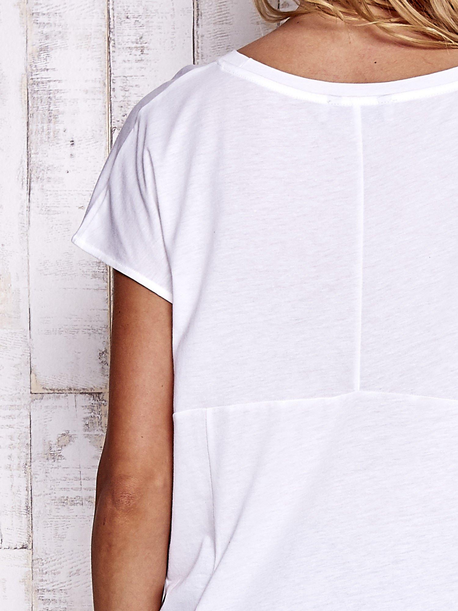Biały t-shirt z modelującymi przeszyciami                                  zdj.                                  4