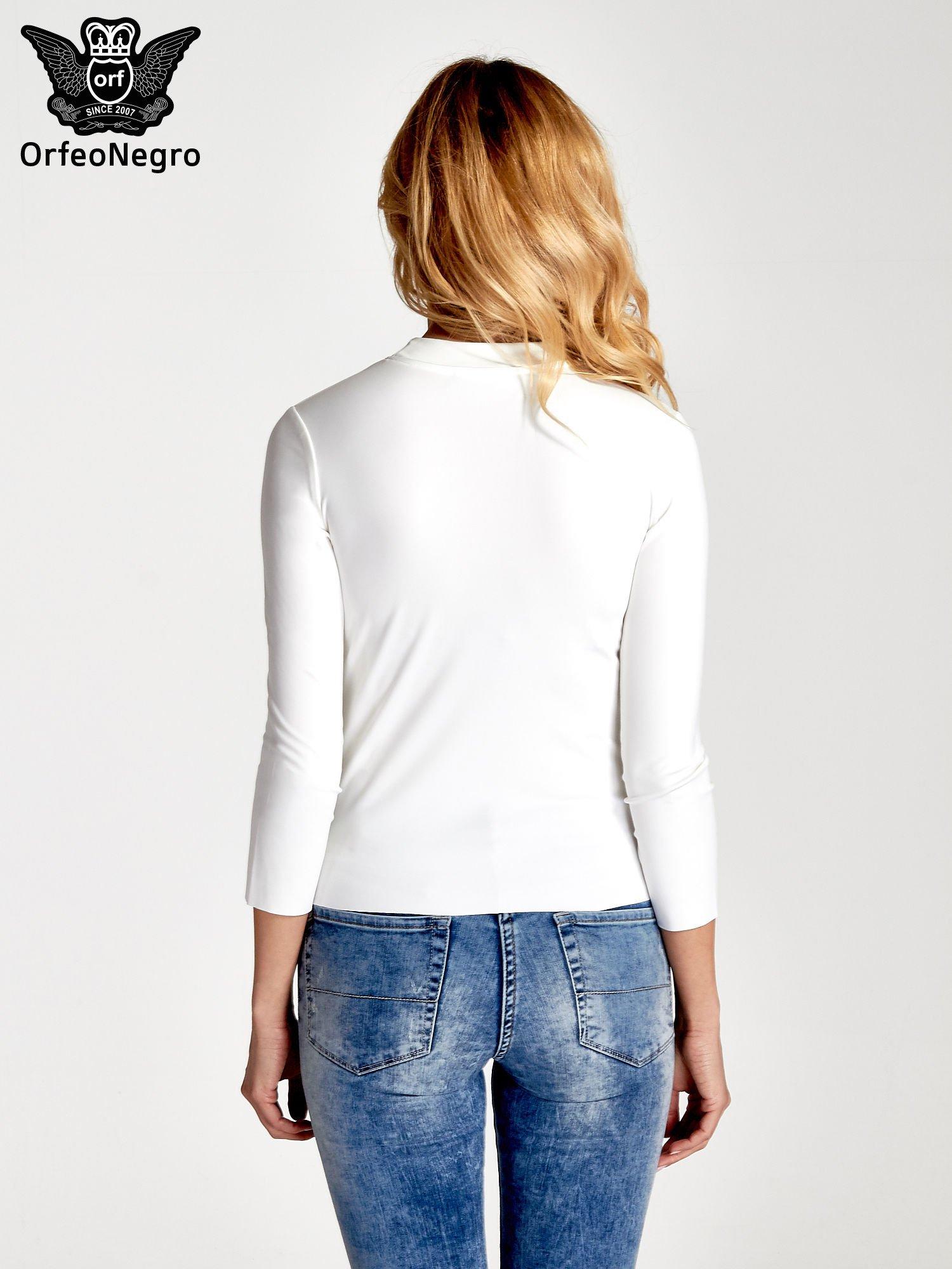 Biały t-shirt z nadrukiem                                  zdj.                                  4
