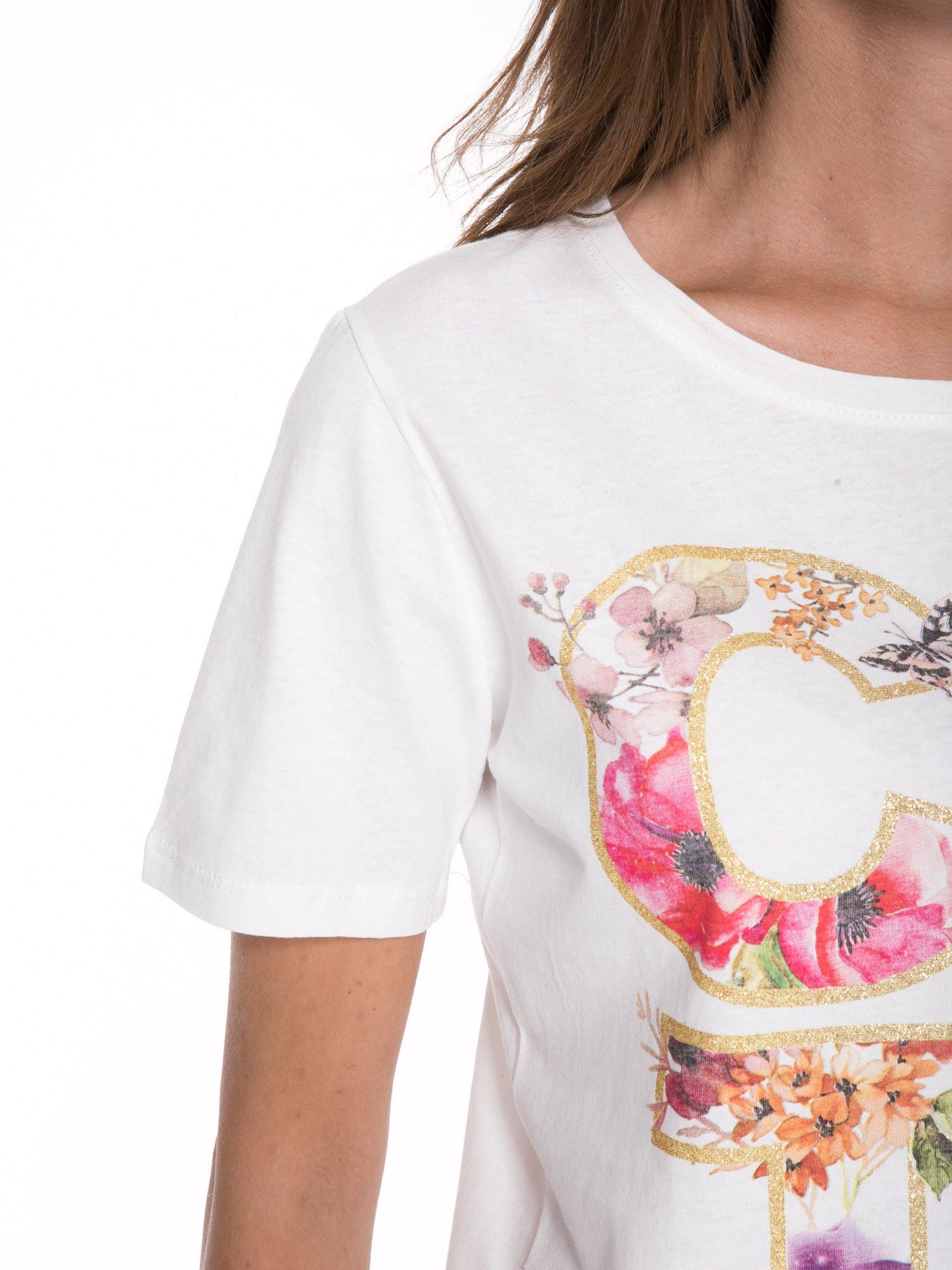 Biały t-shirt z nadrukiem CUTE i pomponami w stylu etno                                  zdj.                                  7