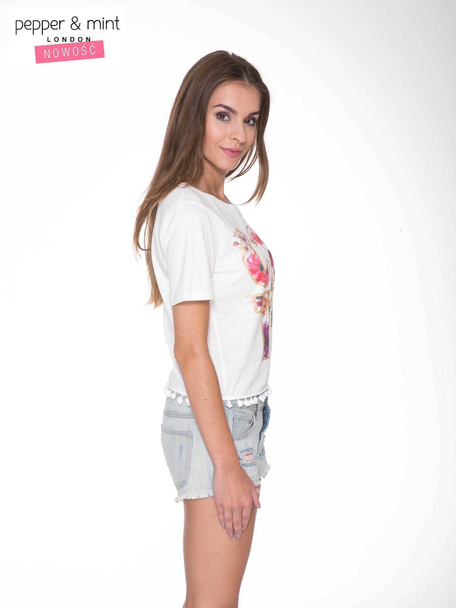 Biały t-shirt z nadrukiem CUTE i pomponami w stylu etno                                  zdj.                                  3