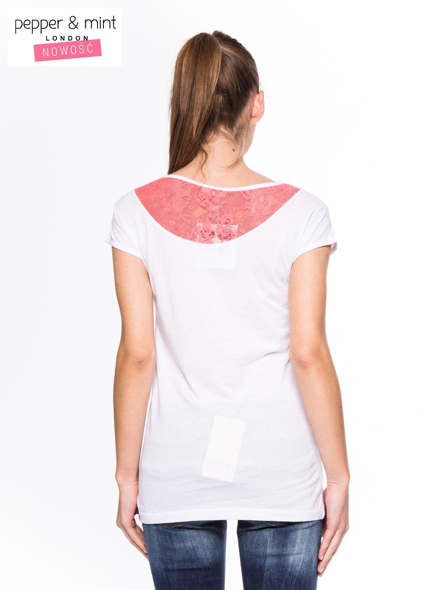 Biały t-shirt z nadrukiem i koronką z tyłu                                  zdj.                                  2