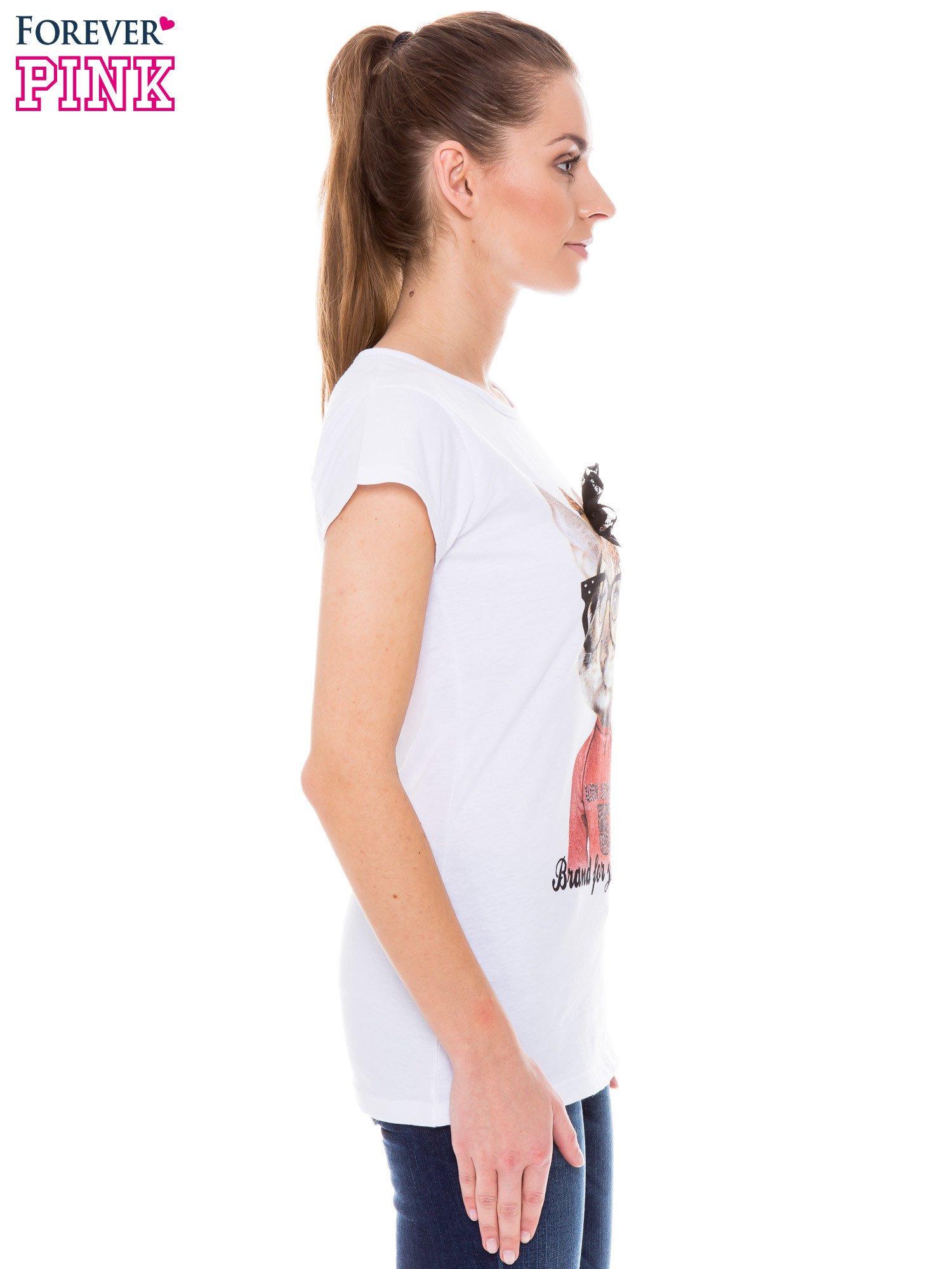 Biały  t-shirt z nadrukiem kotki w nerdach                                  zdj.                                  2