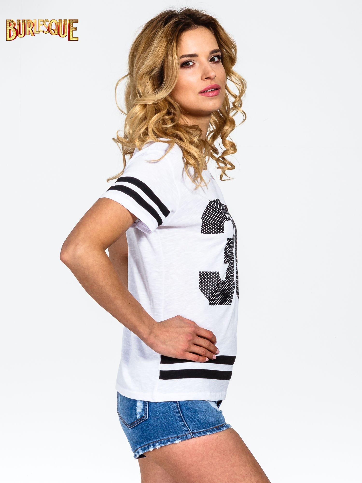 Biały t-shirt z nadrukiem numerycznym w stylu baseball                                  zdj.                                  3