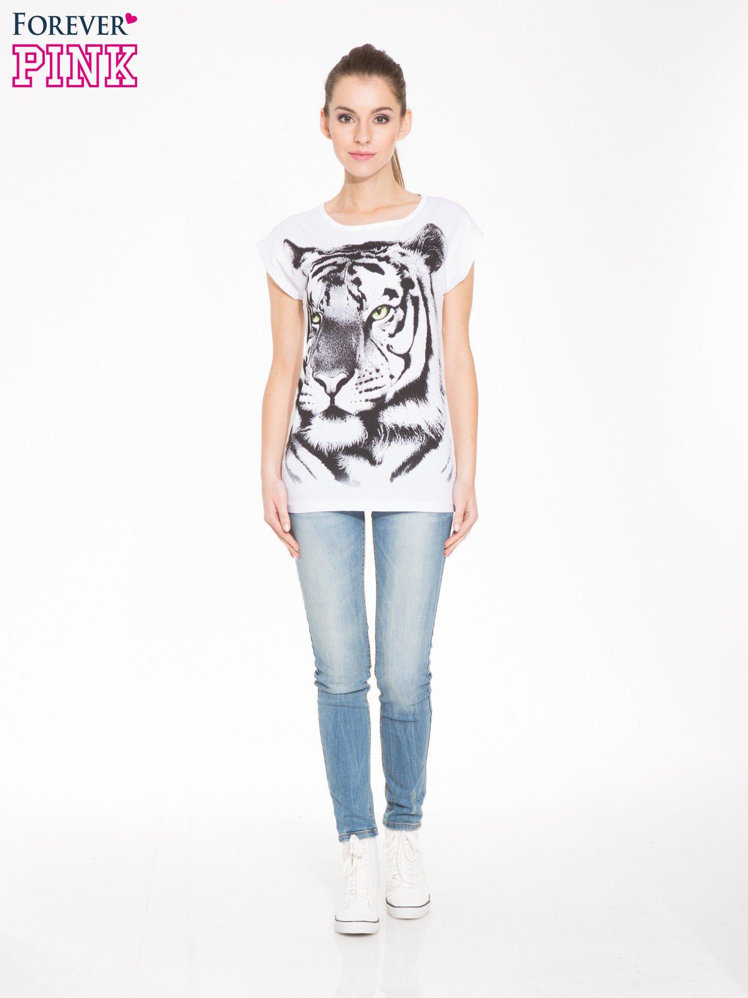 Biały t-shirt z nadrukiem tygrysa                                  zdj.                                  4