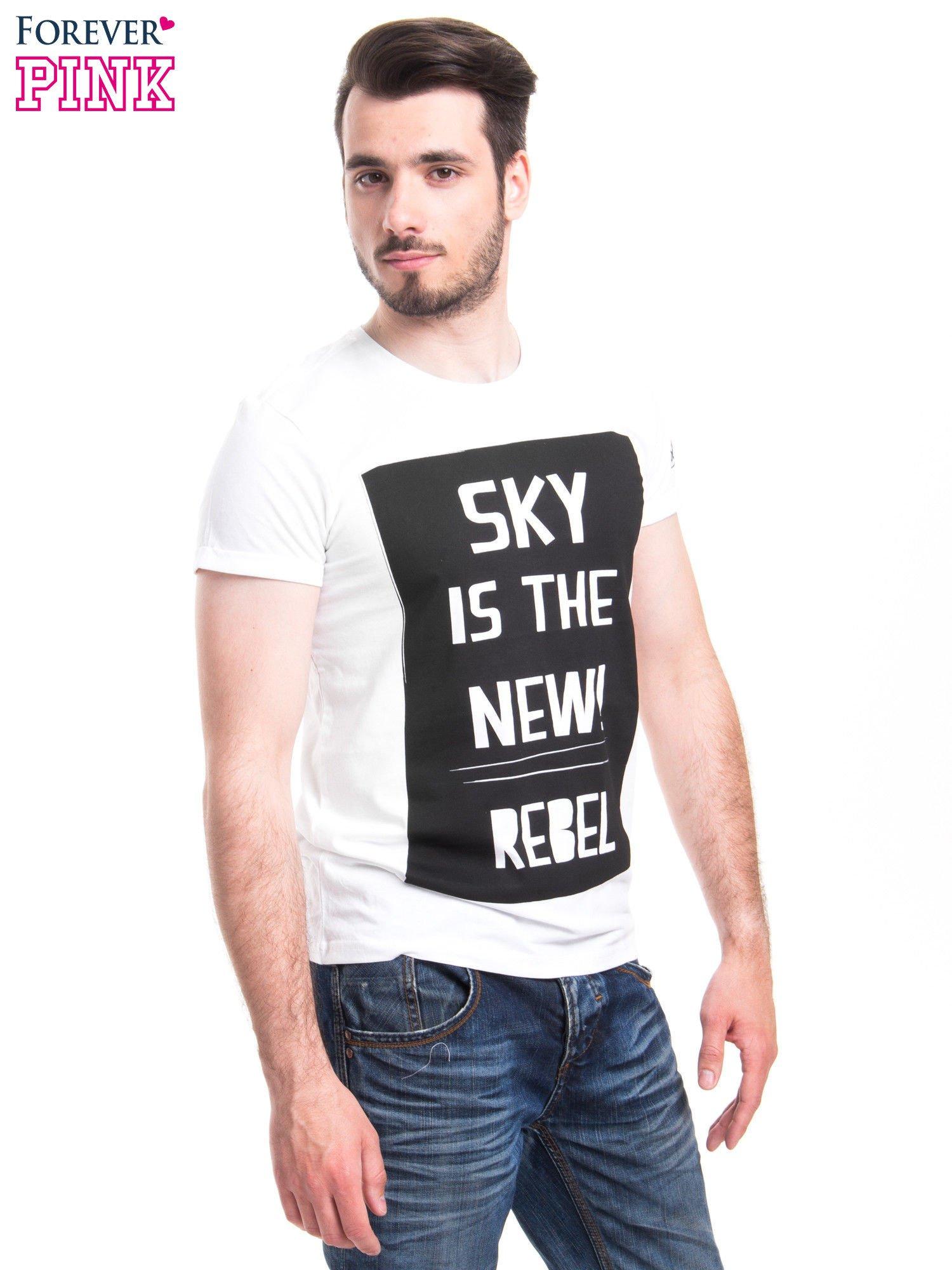 Biały t-shirt z napisem SKY IS THE NEW REBEL                                  zdj.                                  2