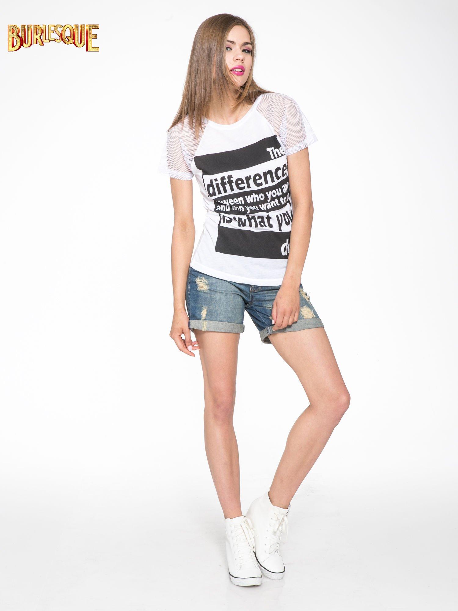 Biały t-shirt z napisem i siateczkowymi rękawami                                  zdj.                                  2