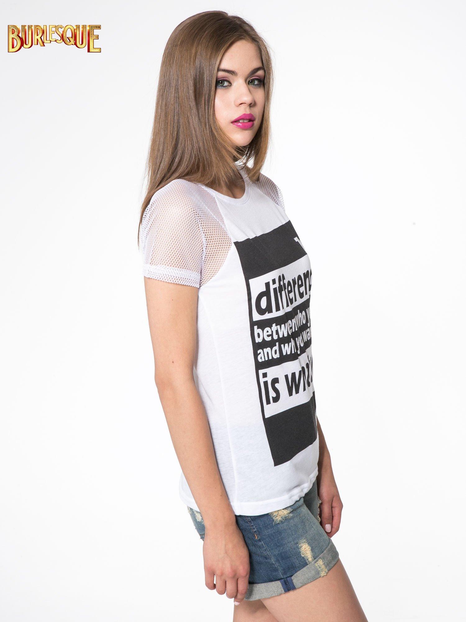 Biały t-shirt z napisem i siateczkowymi rękawami                                  zdj.                                  3