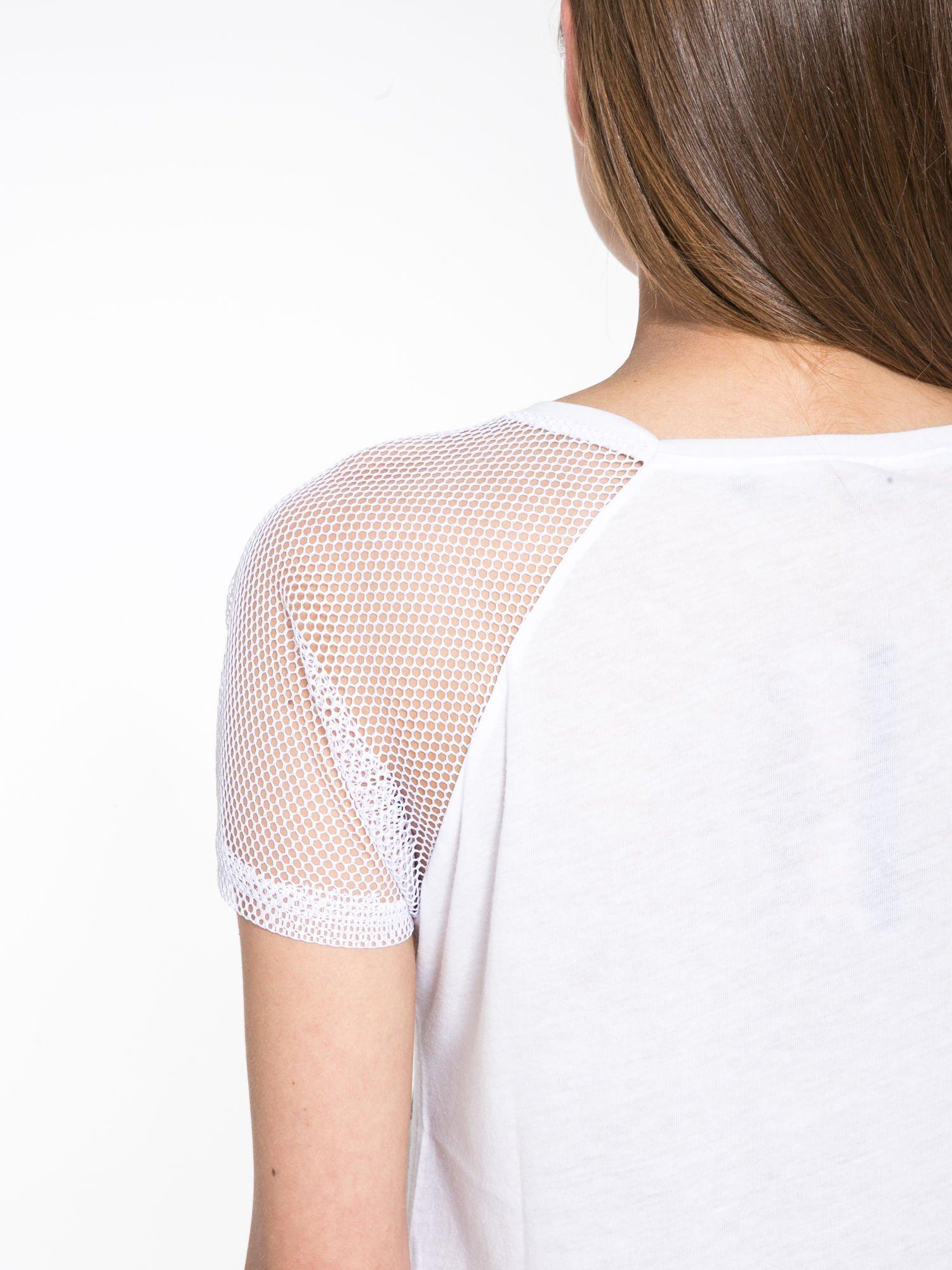 Biały t-shirt z napisem i siateczkowymi rękawami                                  zdj.                                  8