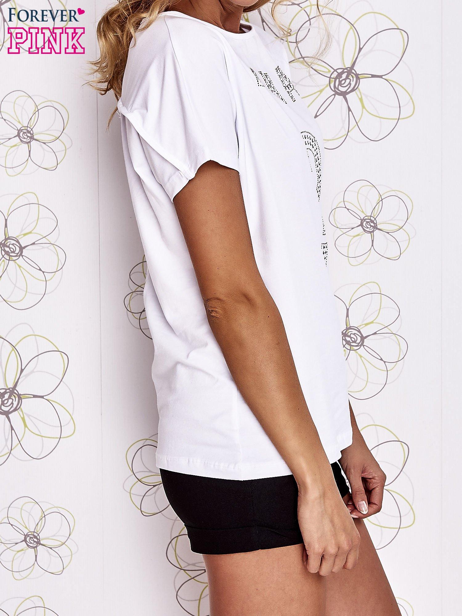 Biały t-shirt z napisem i trójkątnym wycięciem na plecach                                  zdj.                                  3