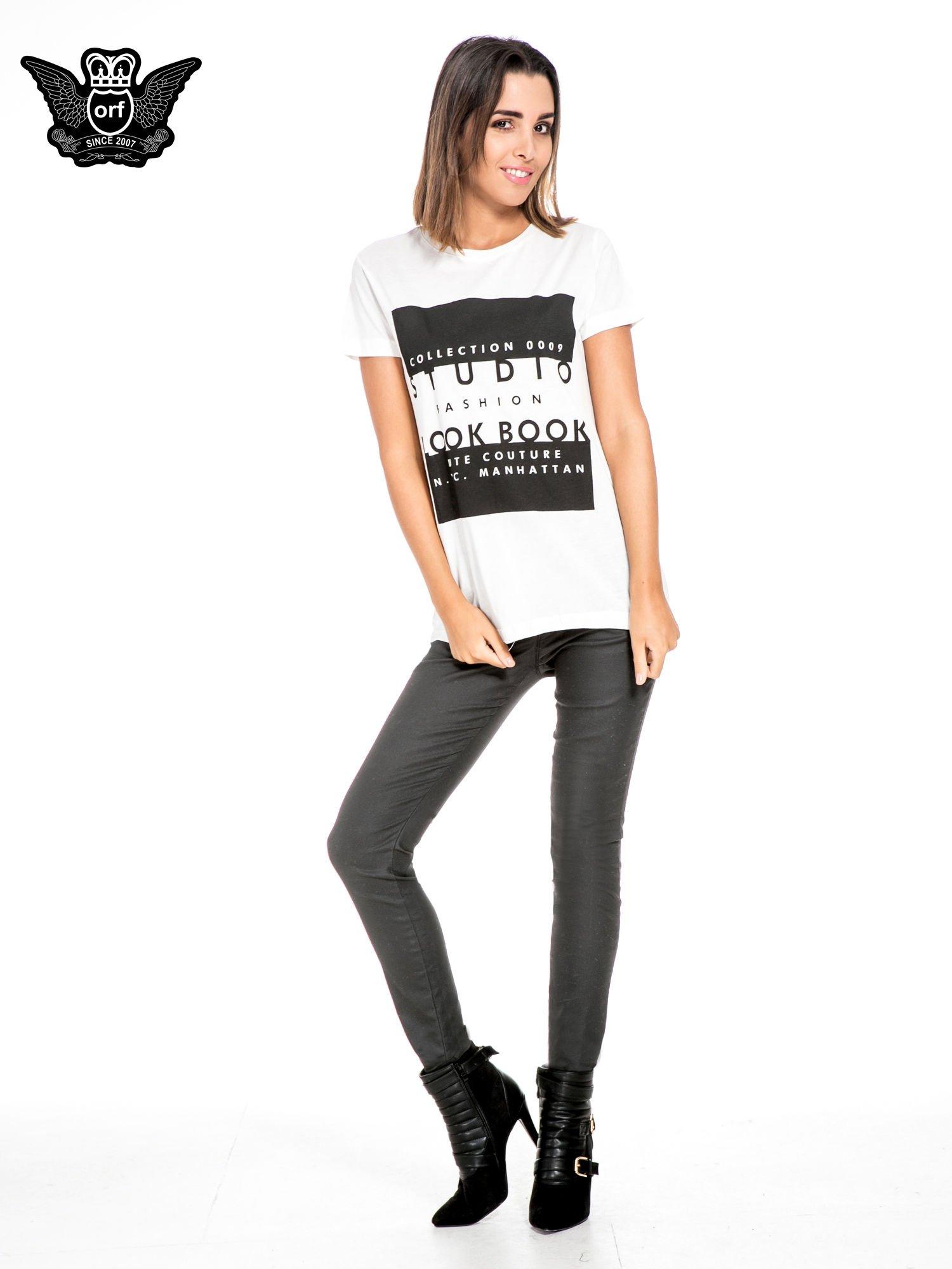 Biały t-shirt z napisem w stylu fashion                                  zdj.                                  2