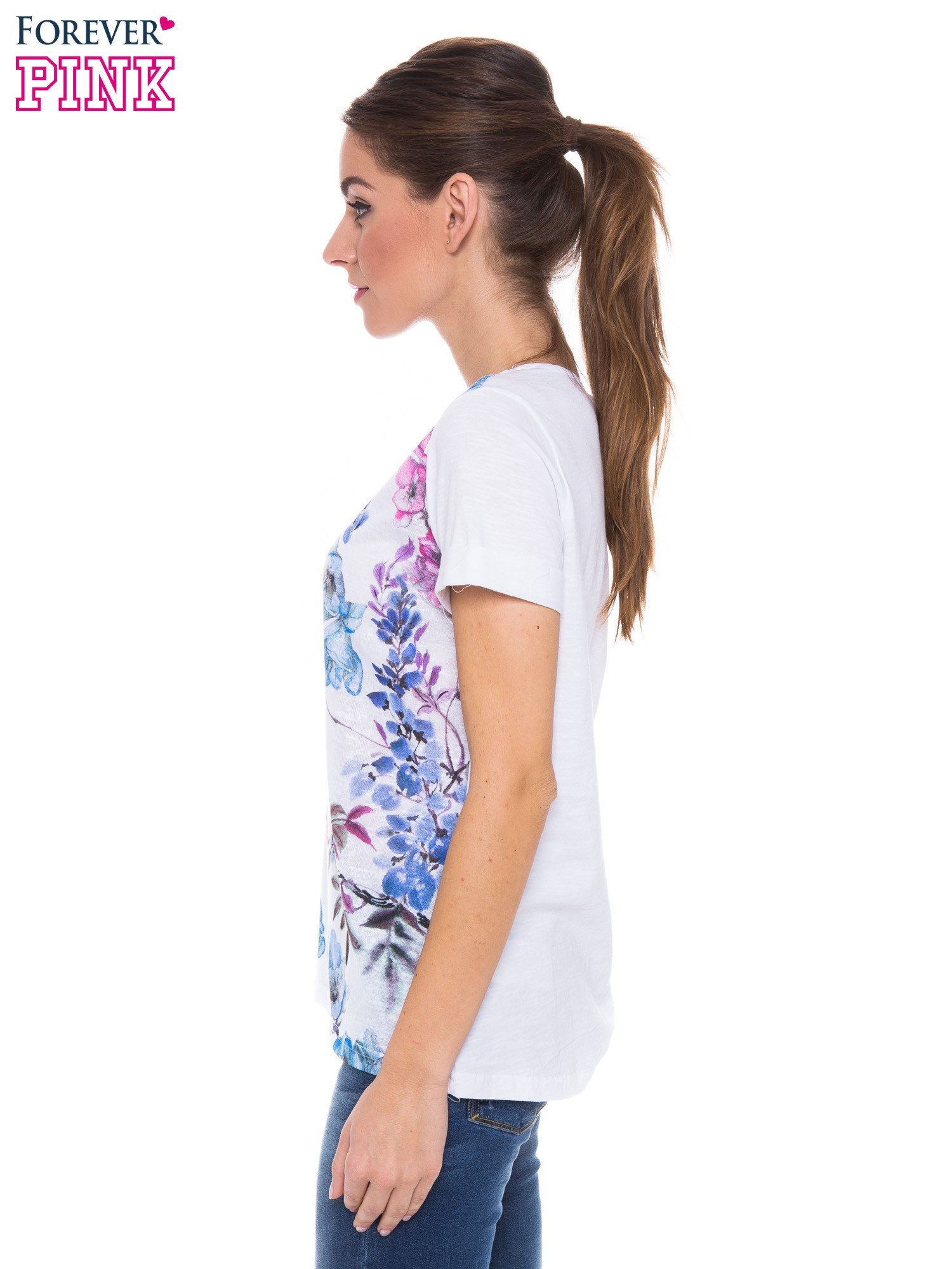 Biały t-shirt z niebieskim nadrukiem roślinnym                                  zdj.                                  2