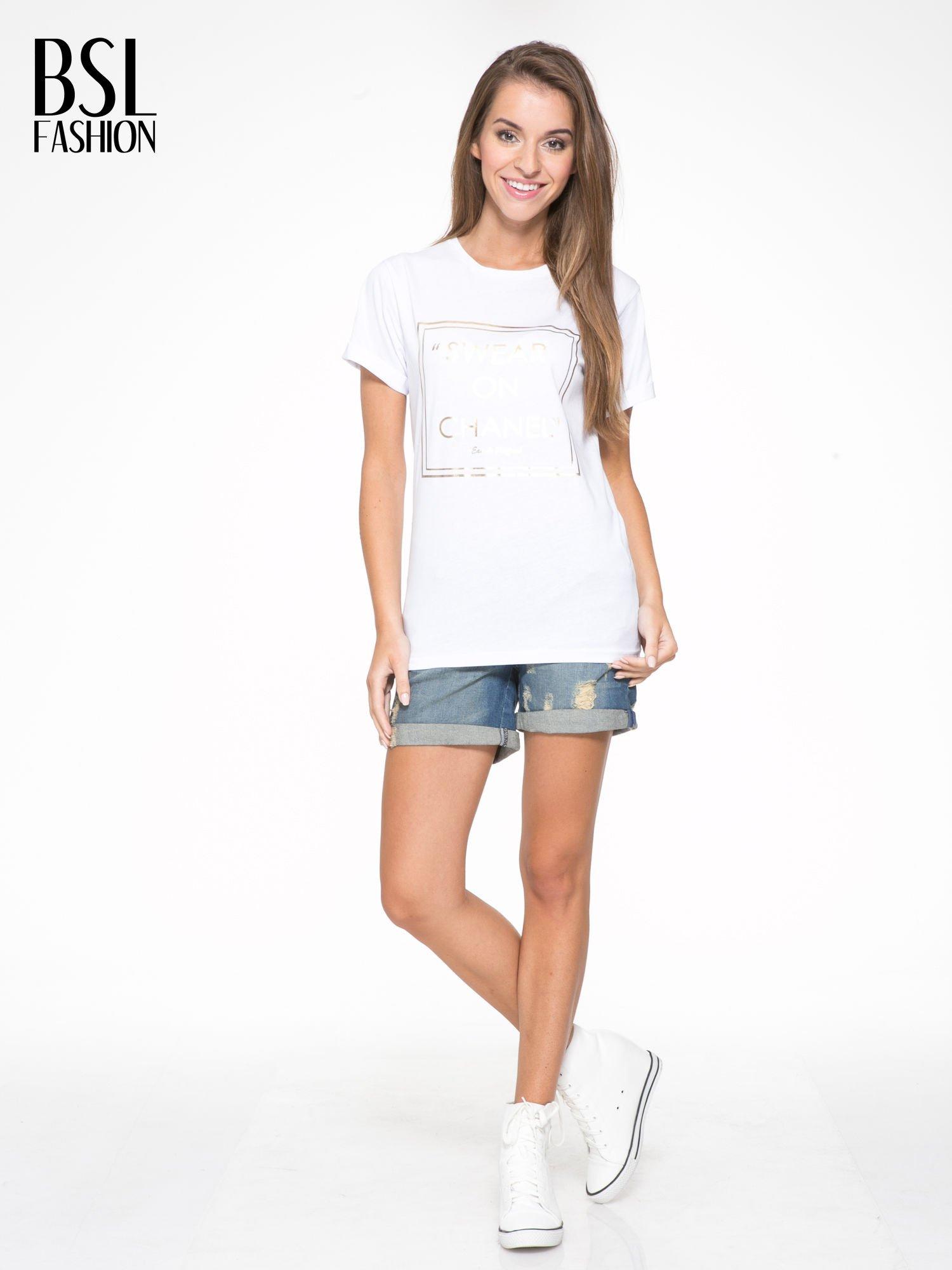 Biały t-shirt ze złotym napisem SWEAR ON CHANEL                                  zdj.                                  5