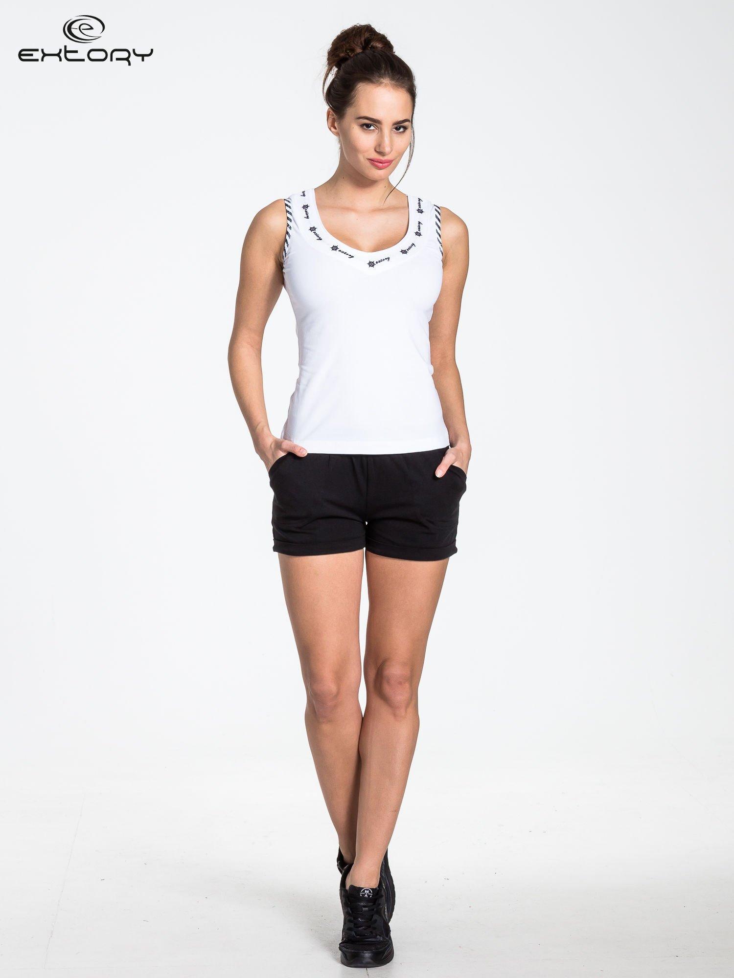 Biały top sportowy z lamówką w stylu marynarskim                                  zdj.                                  2