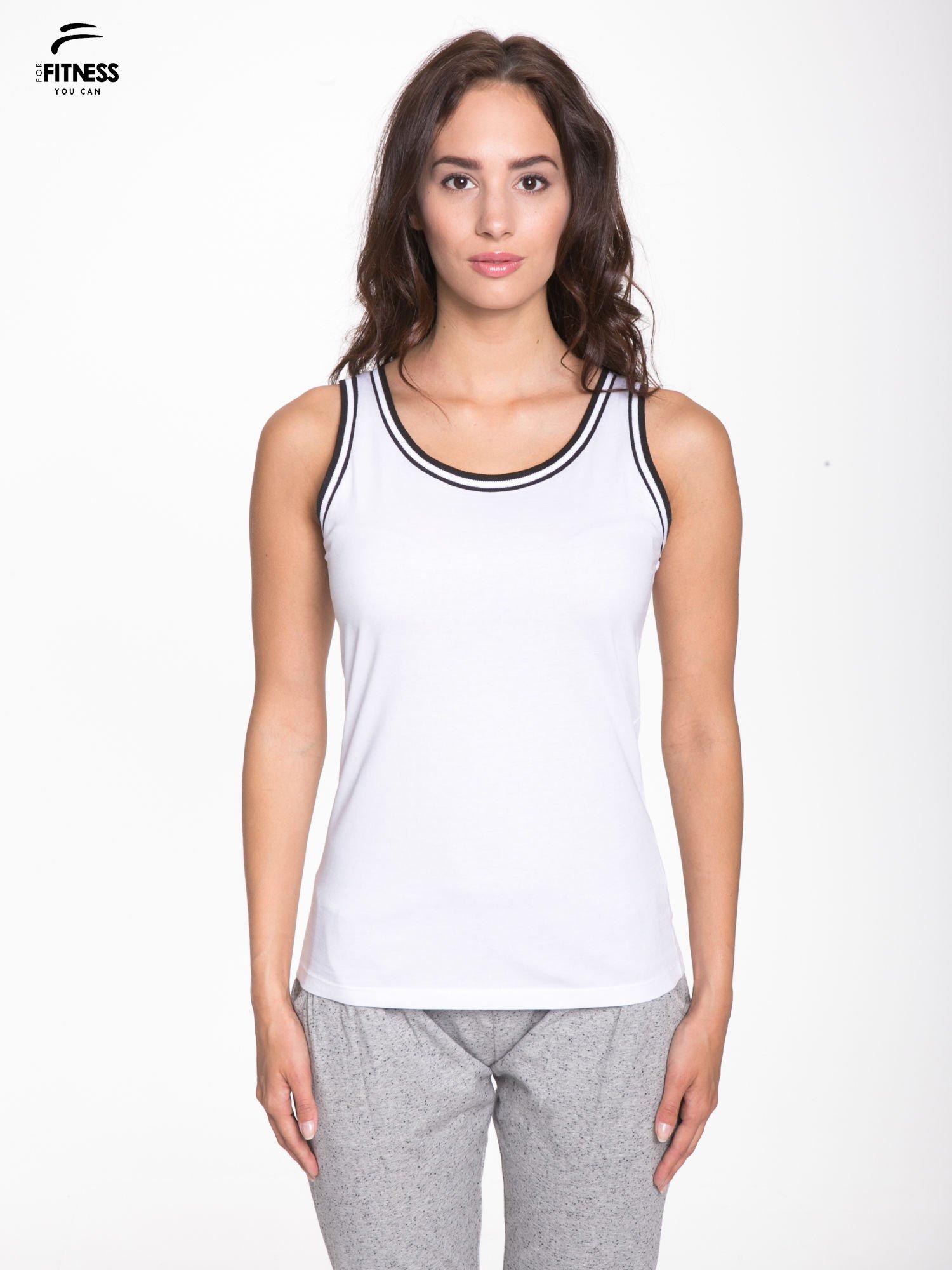 Biały top z kontrastową lamówką w stylu tenis chic                                  zdj.                                  1