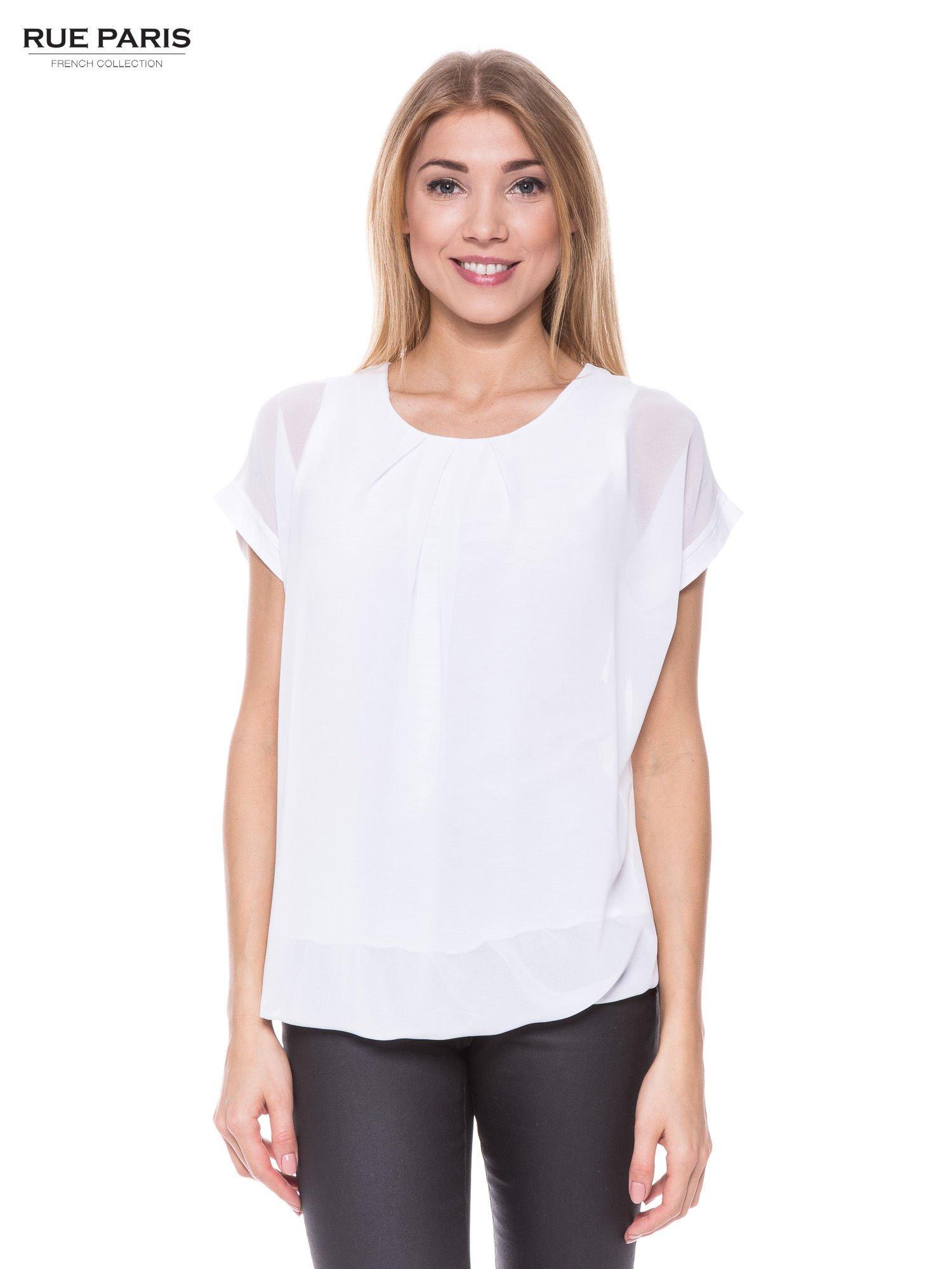 Biały zwiewny t-shirt z plisami na dekolcie                                  zdj.                                  1