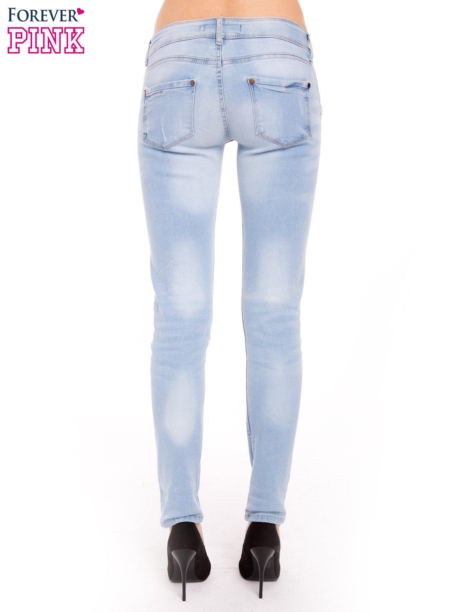 Błękitne jeansy rurki wycierane                                  zdj.                                  4