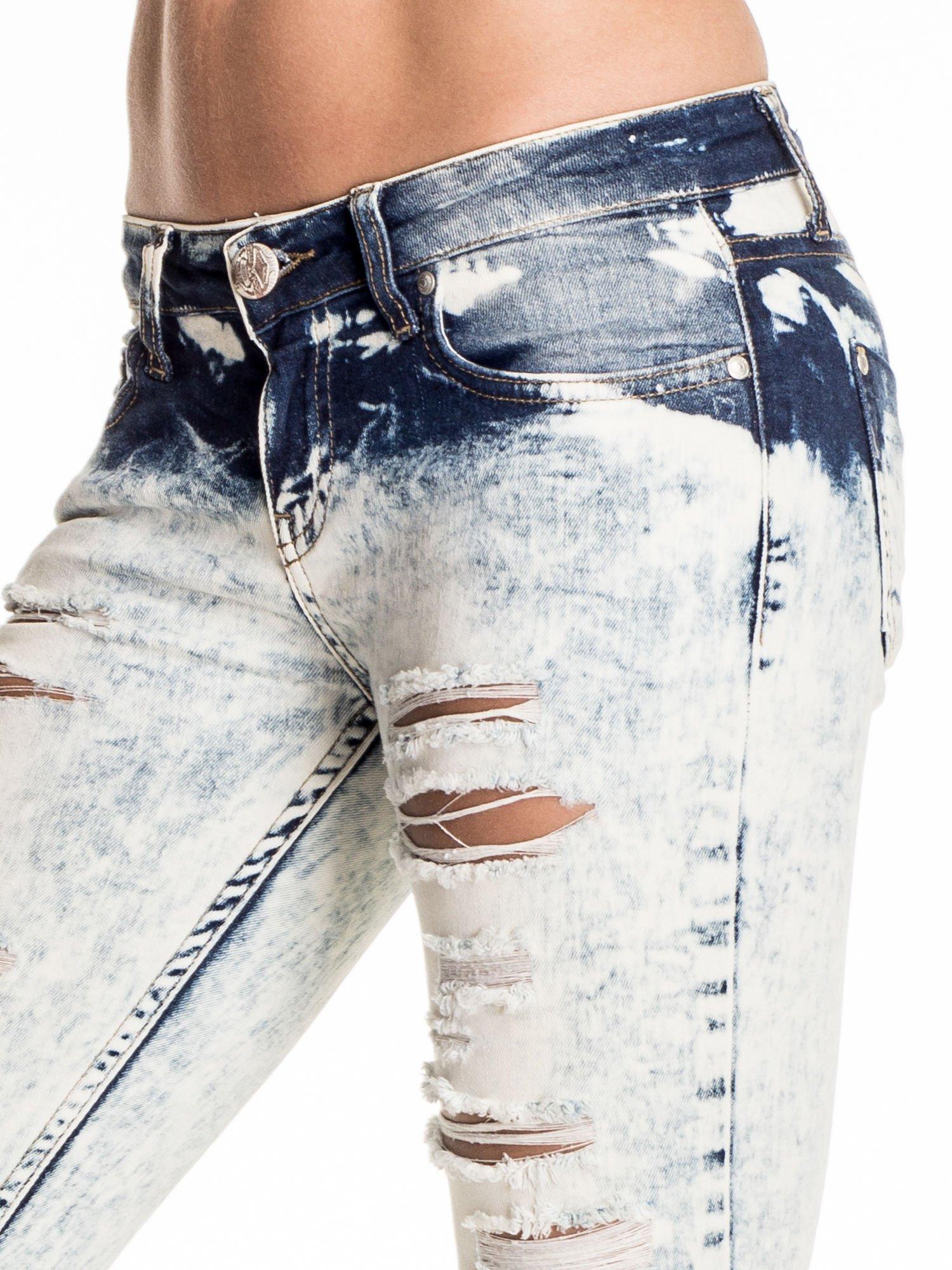 Błękitne marmurkowe spodnie trash jeans                                  zdj.                                  5
