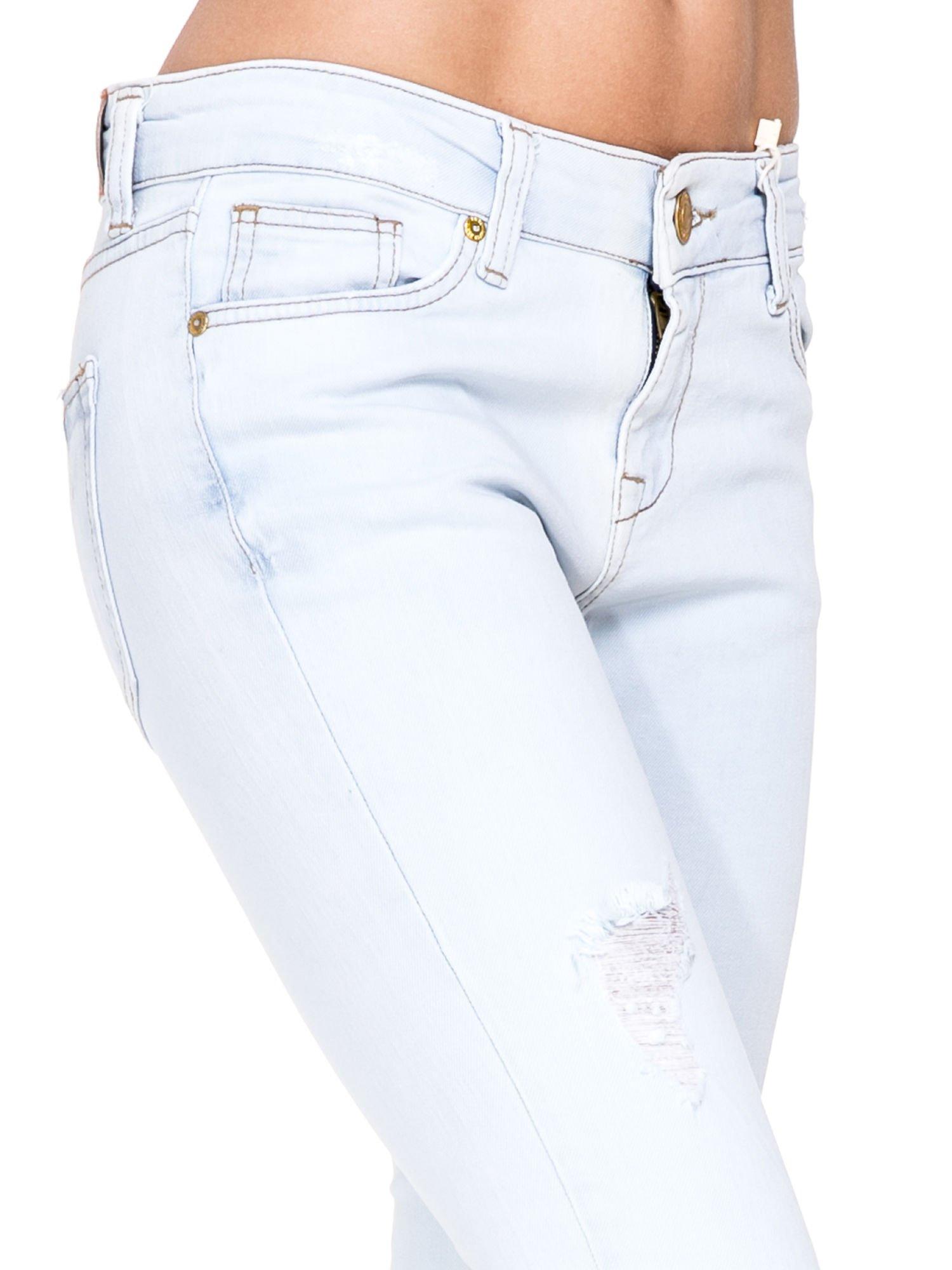 Błękitne spodnie skinny jeans z rozdarciem na udzie                                  zdj.                                  6