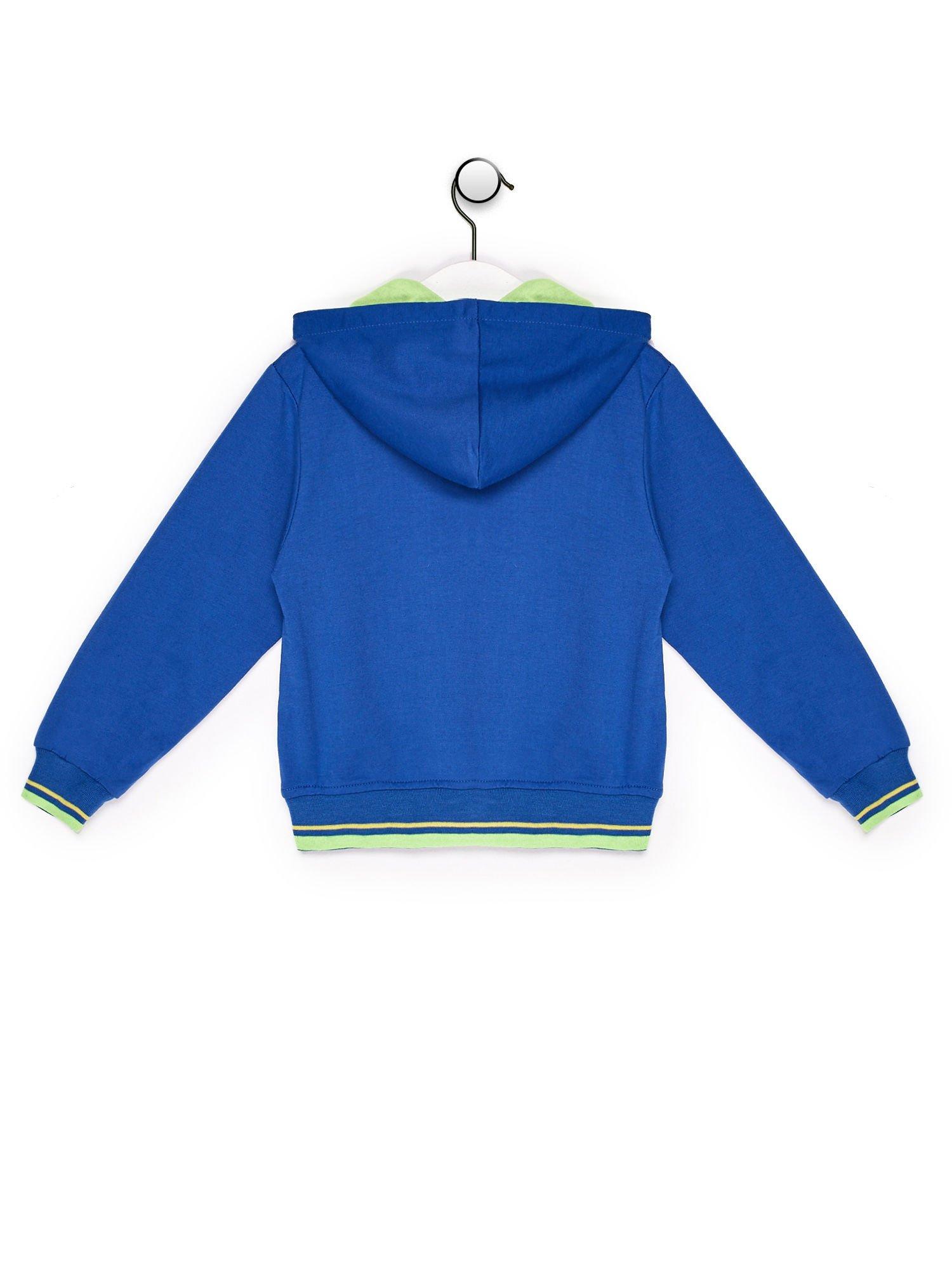 Bluza chłopięca z kolorową tekstową naszywką niebieska