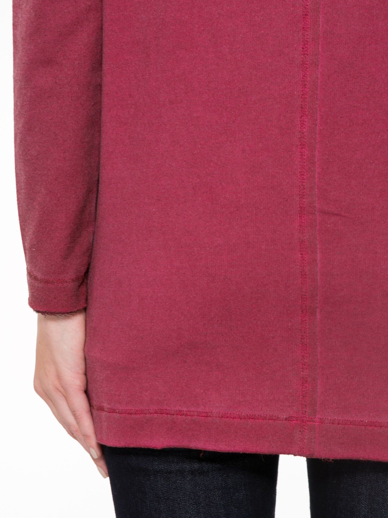 Bordowa bluza z surowym wykończeniem i widocznymi szwami                                  zdj.                                  8
