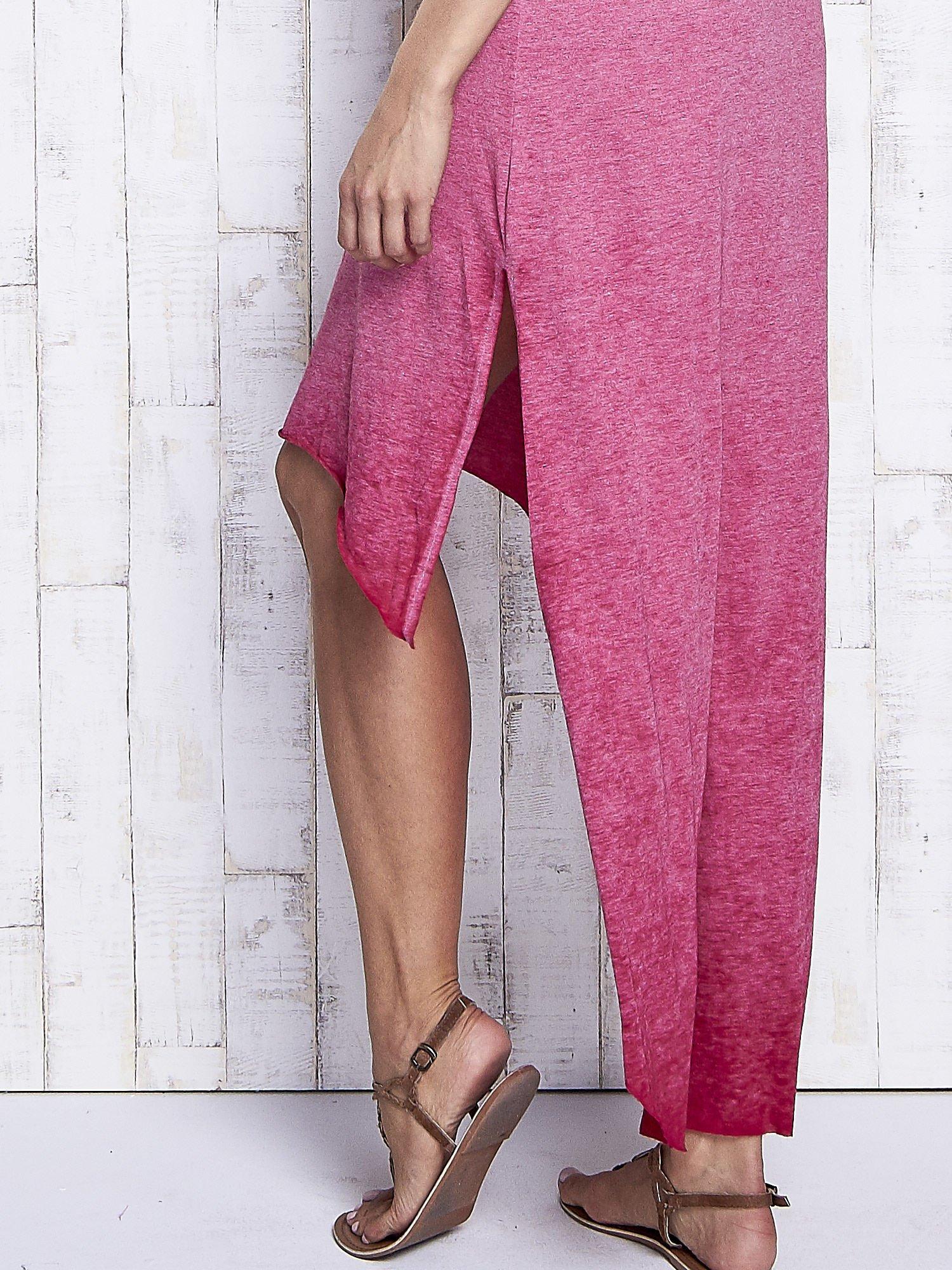 Bordowa dekatyzowana sukienka maxi z dłuższym tyłem                                  zdj.                                  7