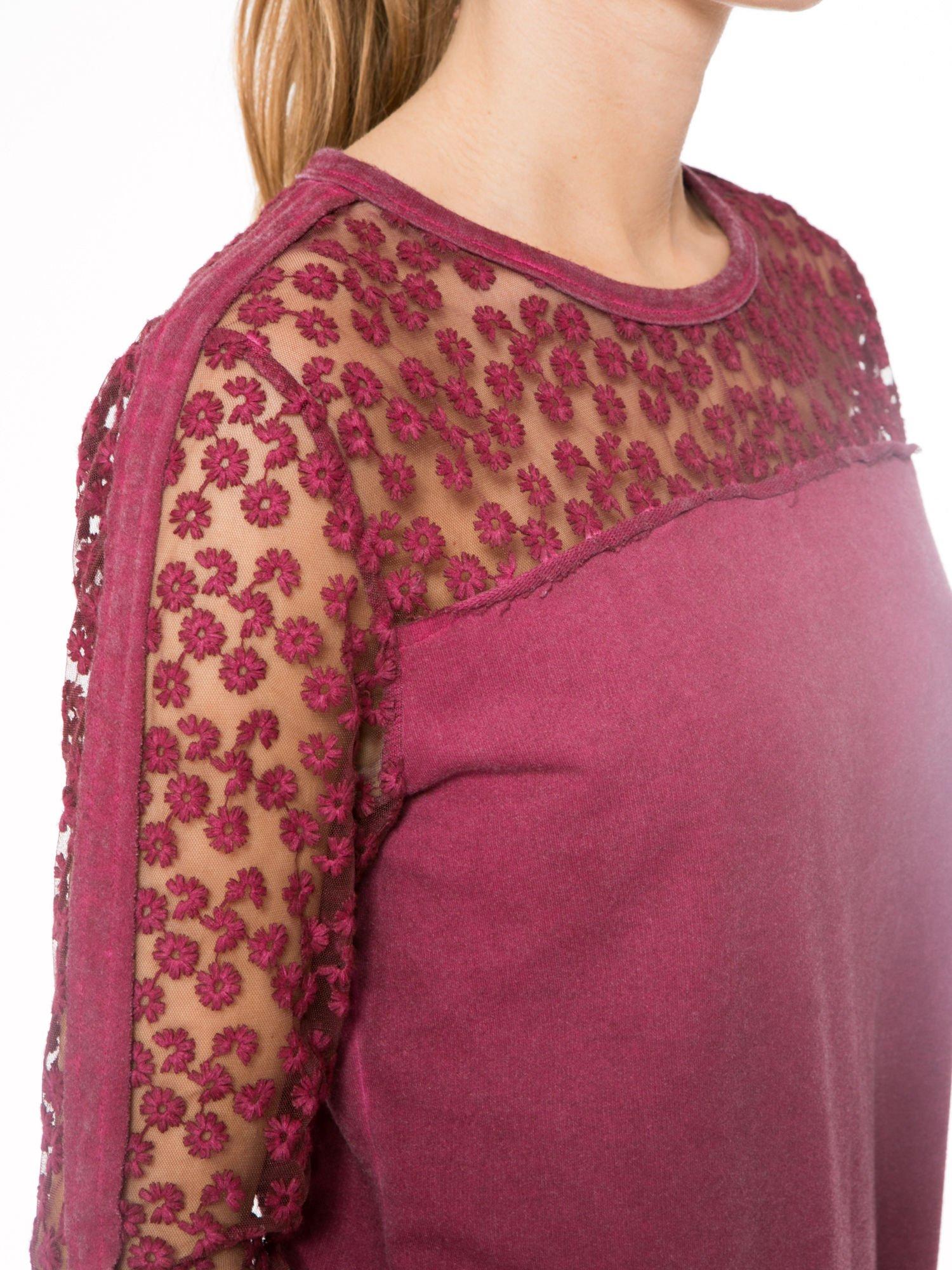 Bordowa dresowa sukienka z koronkowym karczkiem                                  zdj.                                  5