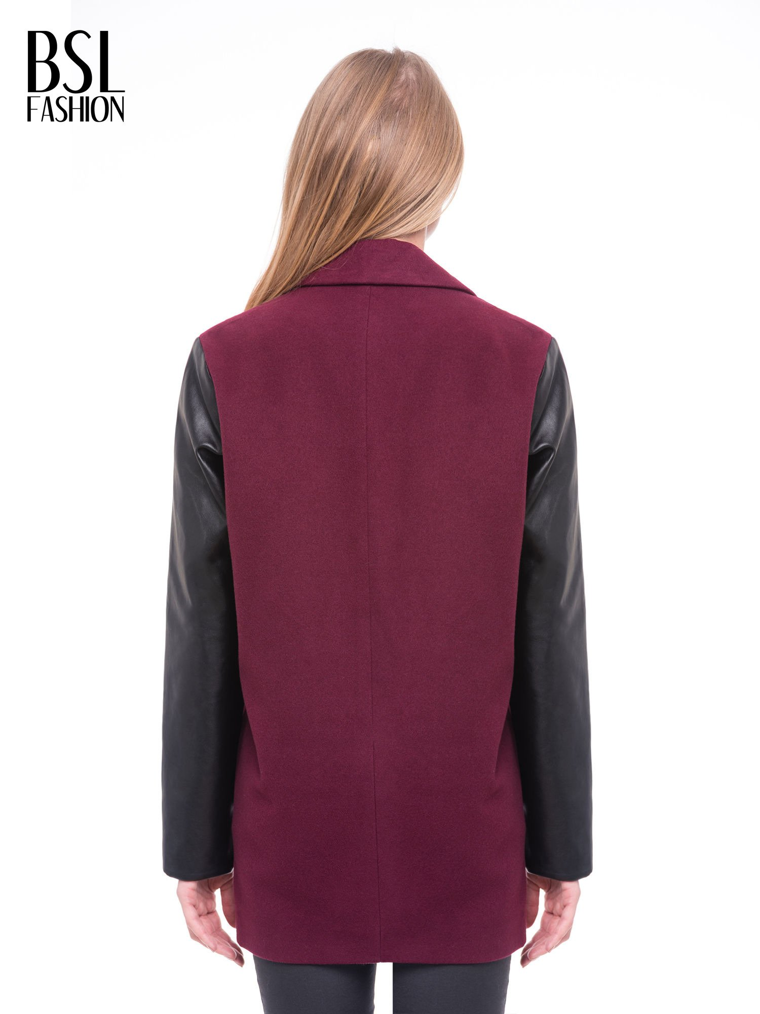 Bordowy płaszcz jednorzędowy ze skórzanymi rękawami                                  zdj.                                  4
