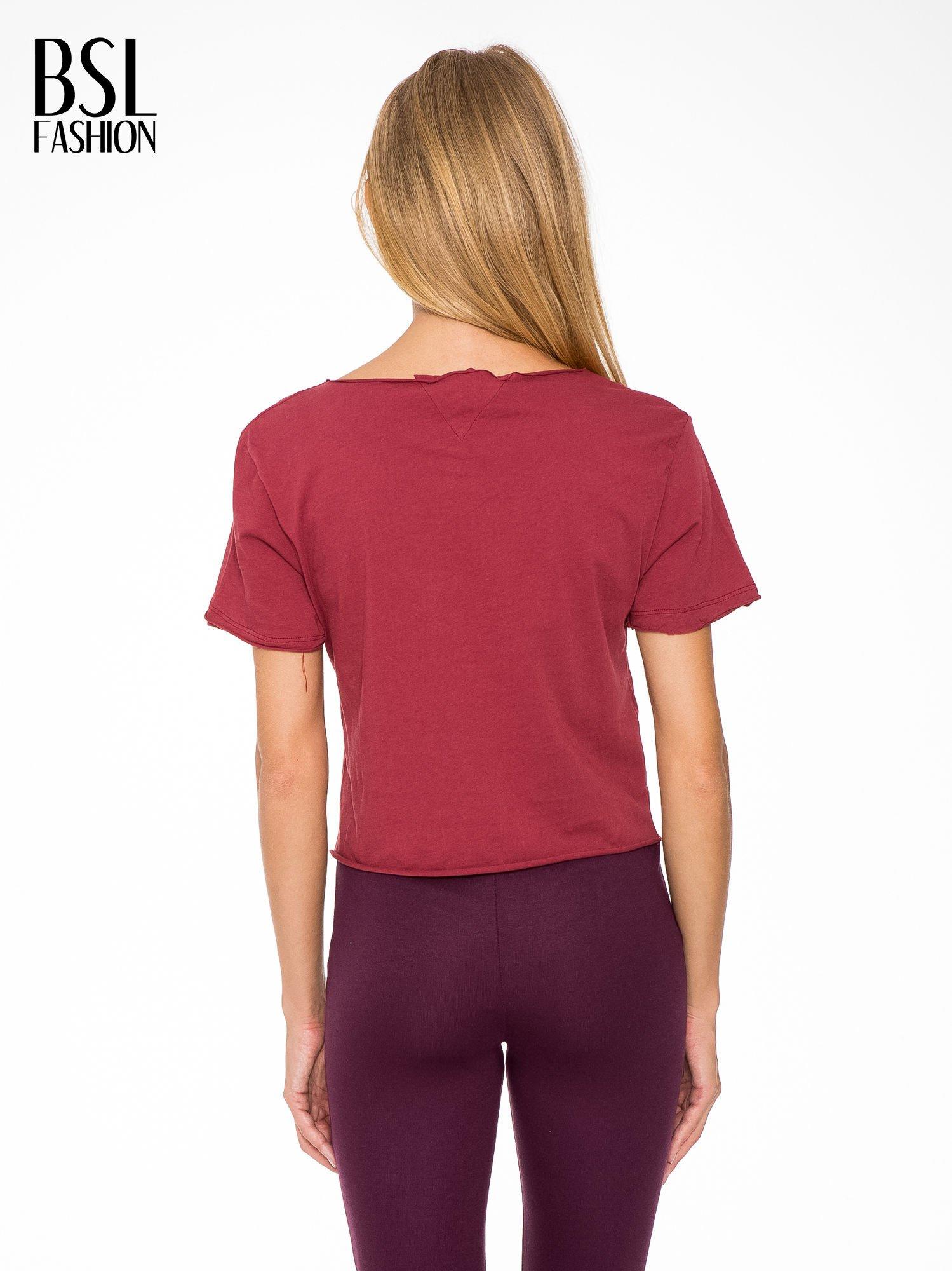 Bordowy t-shirt cropped z nadrukiem basketball                                  zdj.                                  4