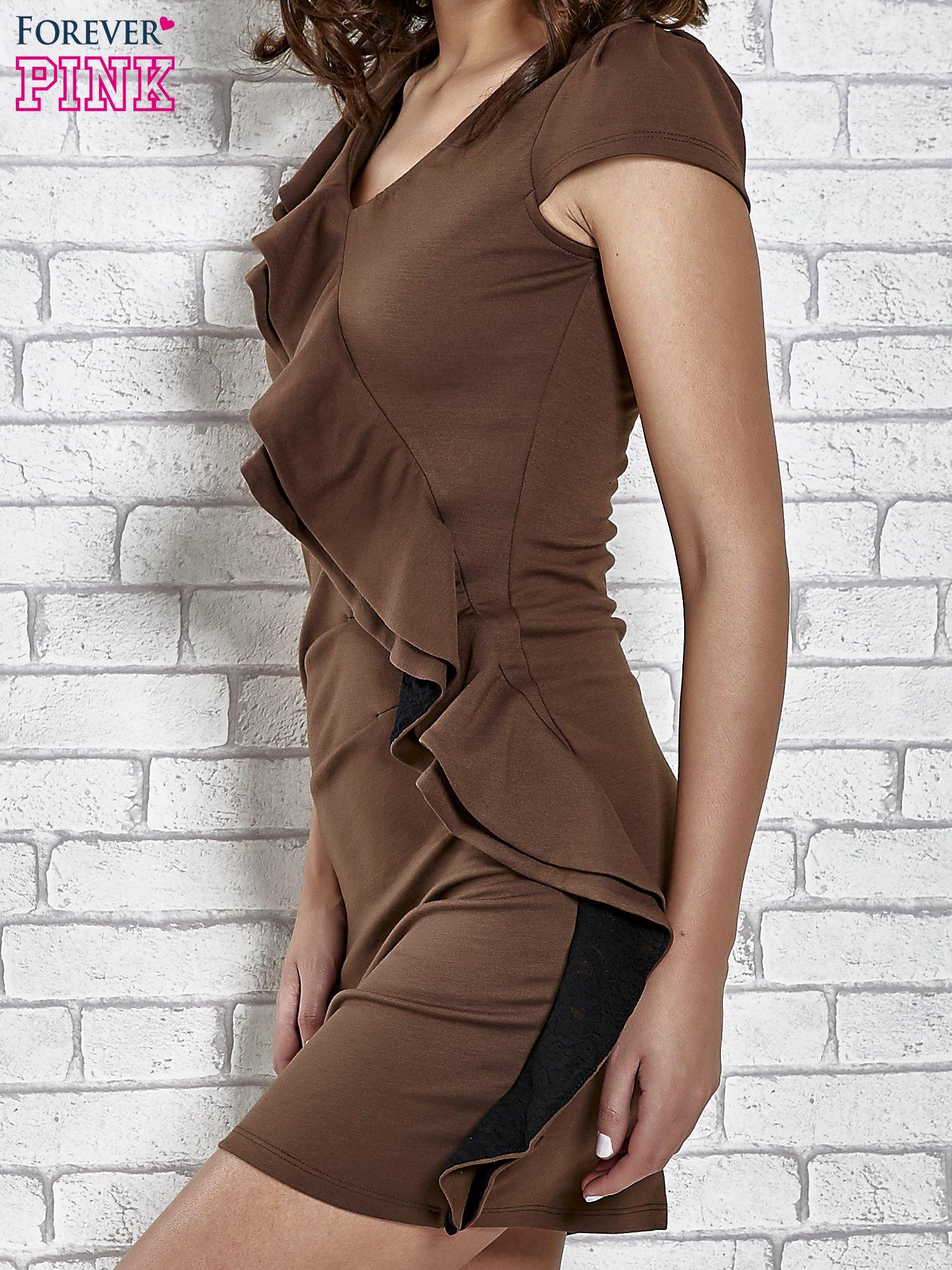Brązowa dopasowana sukienka z poprzeczną falbaną                                  zdj.                                  5