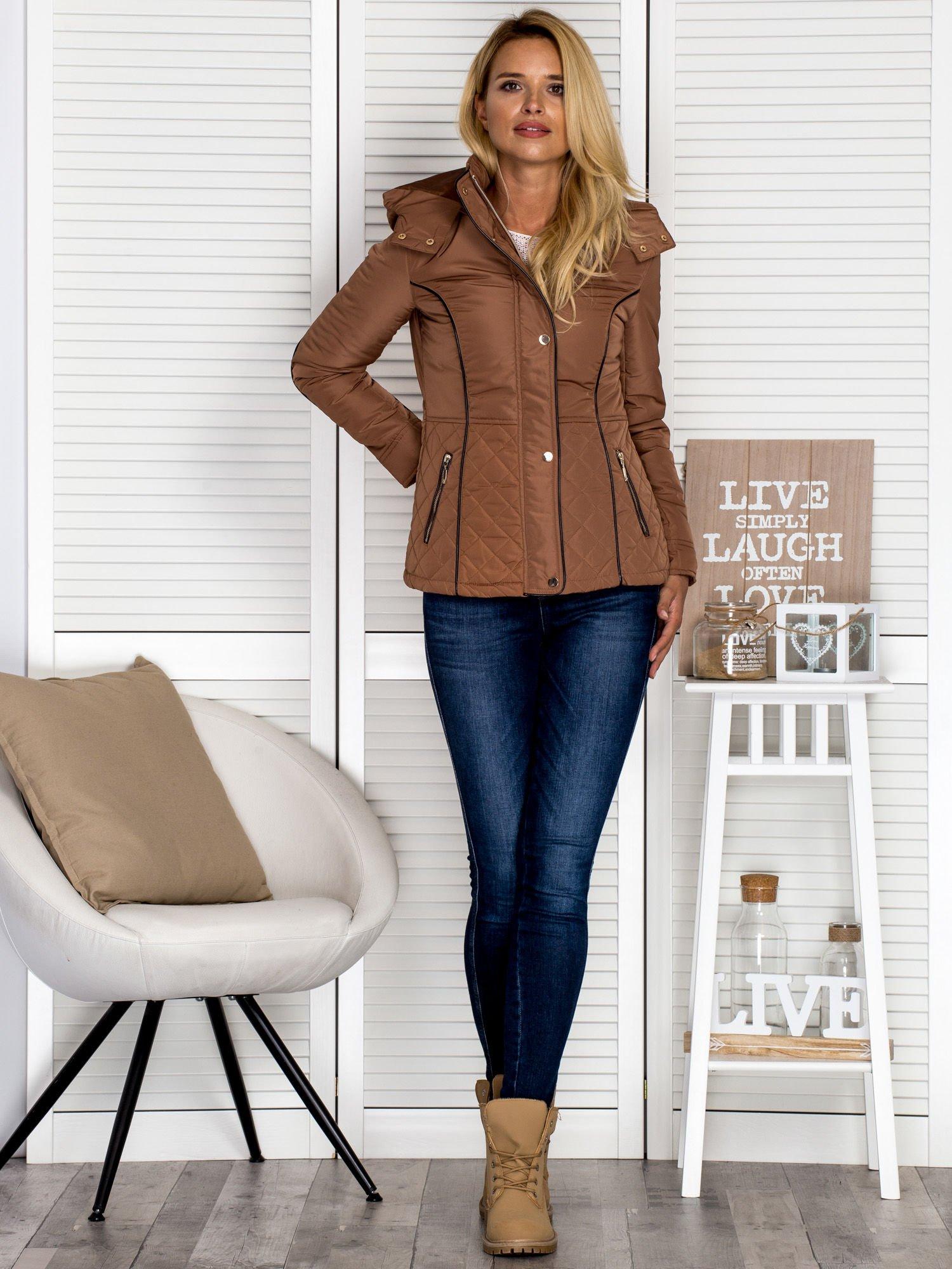 Brązowa kurtka z pikowanymi wstawkami i kontrastową lamówką                                  zdj.                                  4