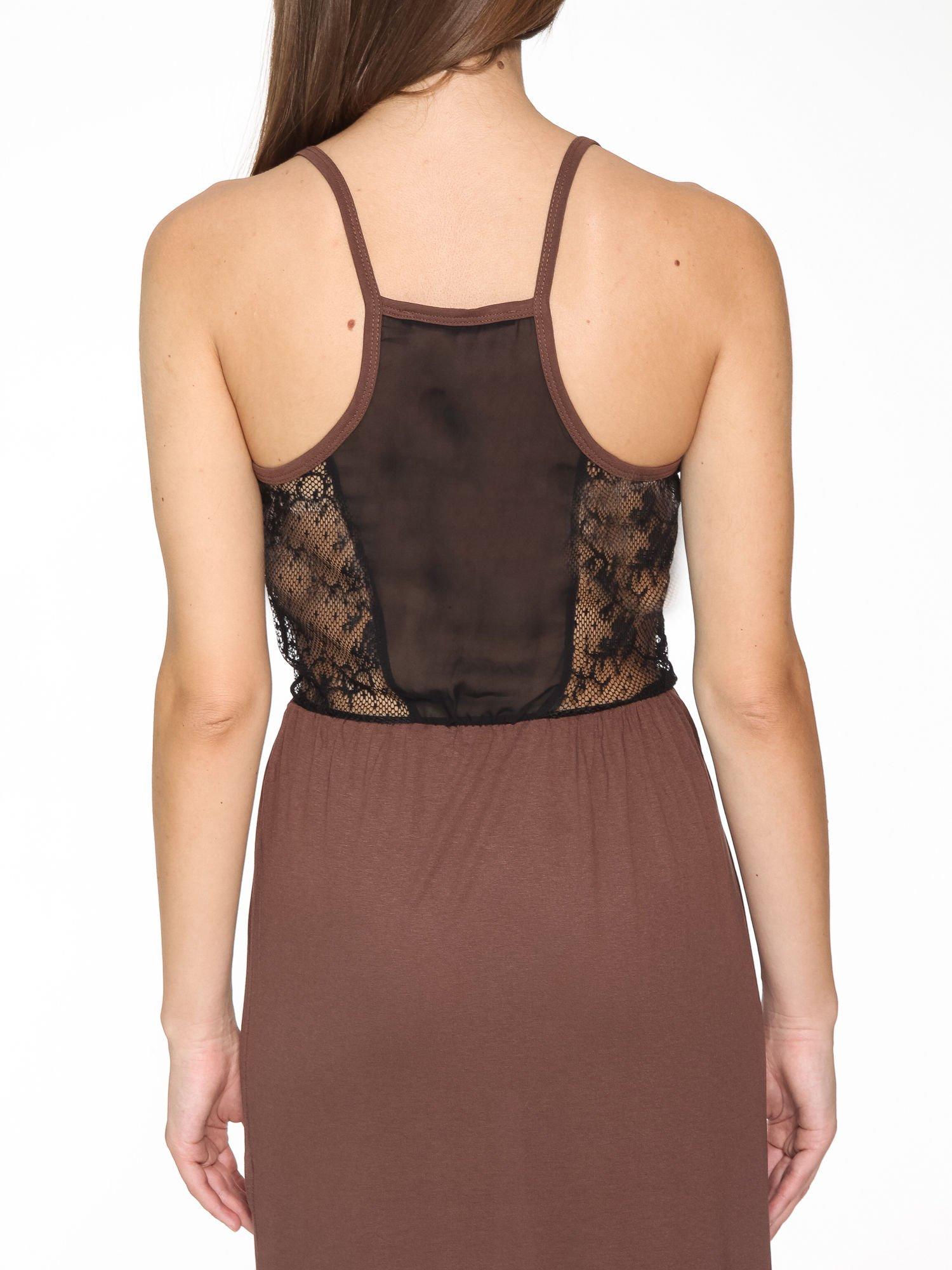 Brązowa sukienka maxi na ramiączkach z koronkowym tyłem                                  zdj.                                  7