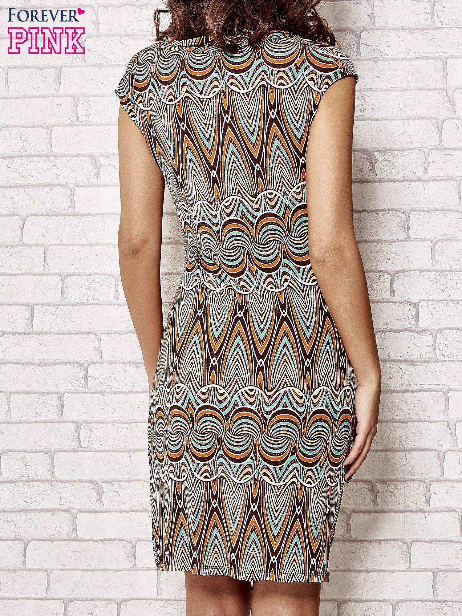 Brązowa sukienka w etniczne wzory                                  zdj.                                  4