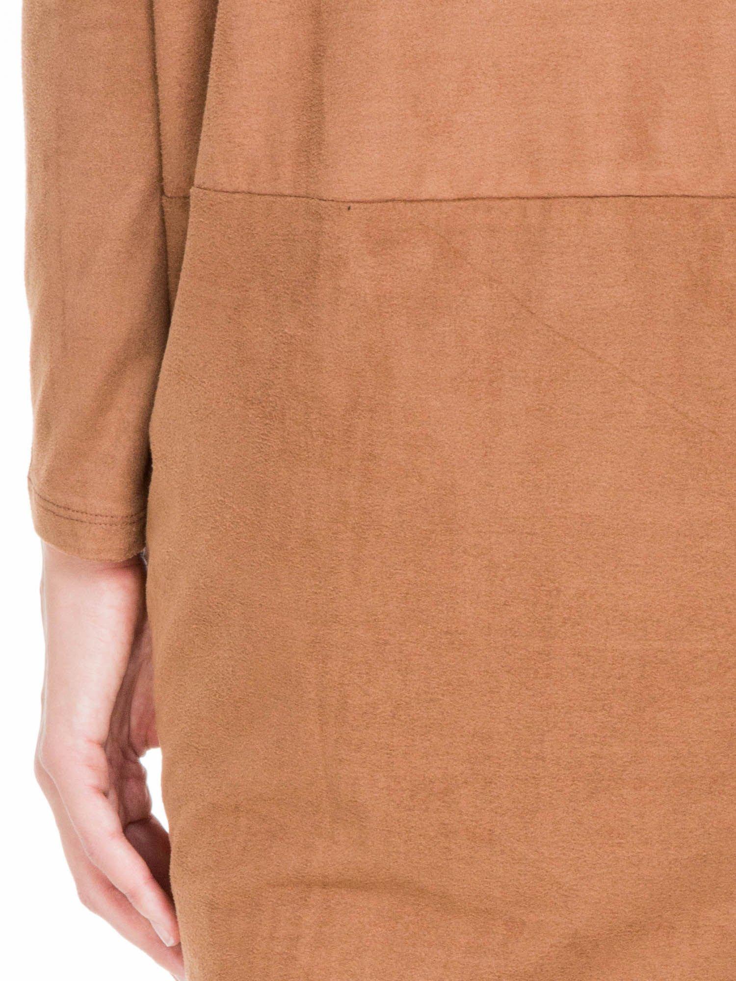 Brązowa zamszowa sukienka z luźnymi rękawami                                  zdj.                                  9
