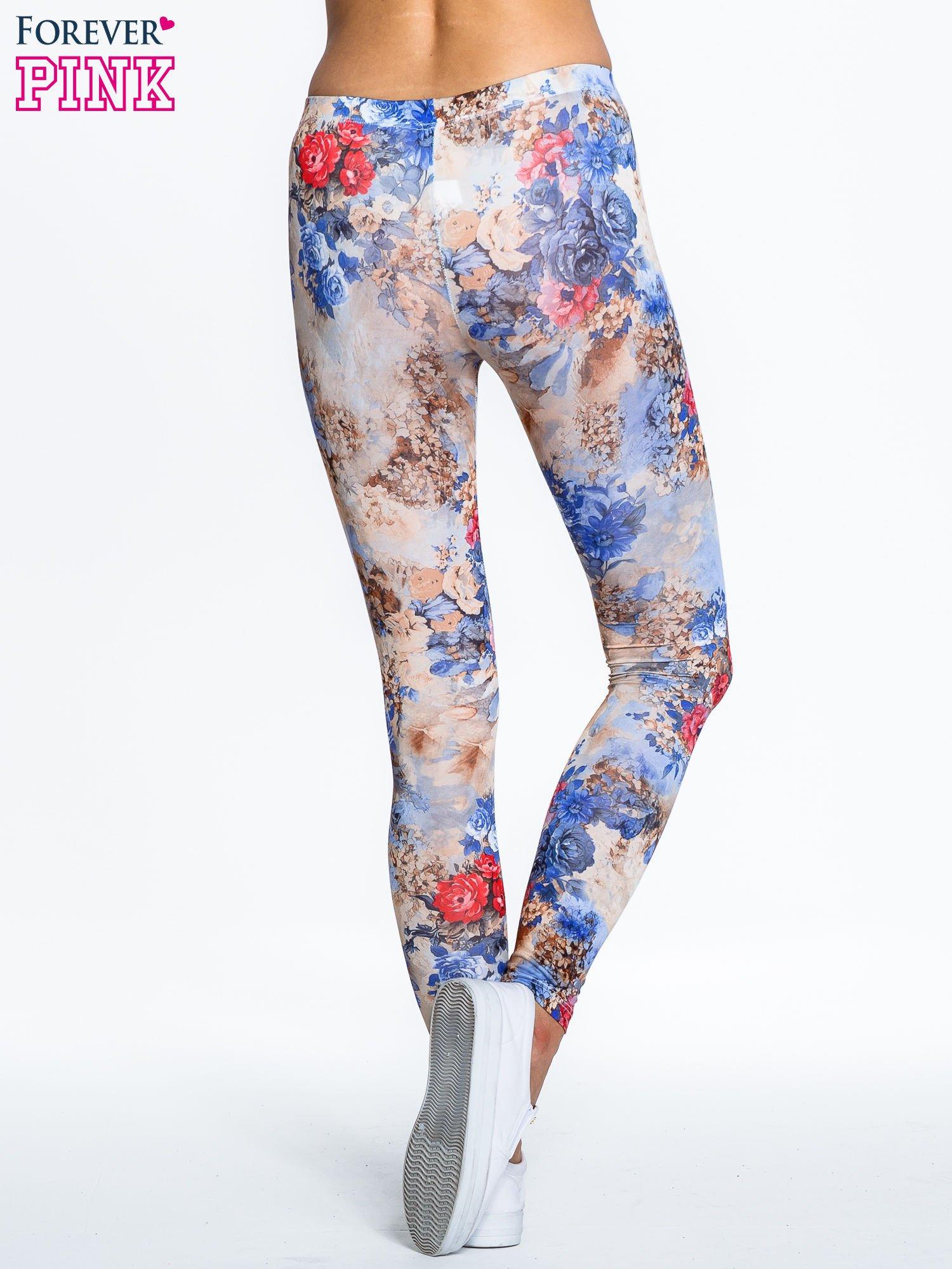 Brązowe legginsy z nadrukiem w kolorowe kwiaty                                  zdj.                                  4