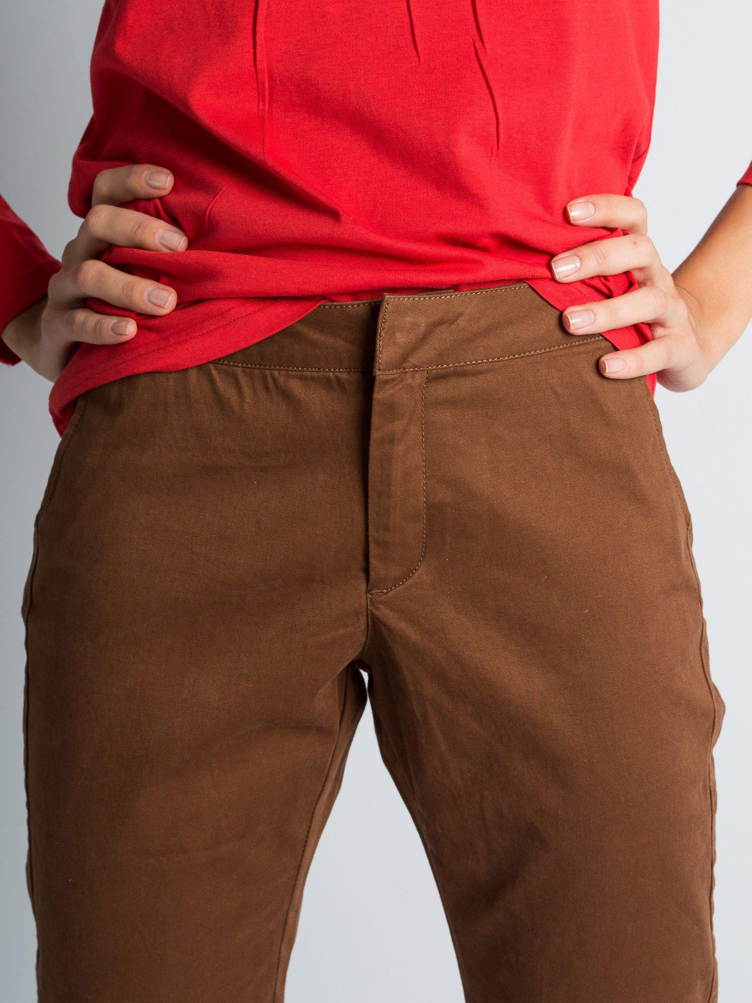 Brązowe spodnie materiałowe z przeszyciami na kolanach                                  zdj.                                  3