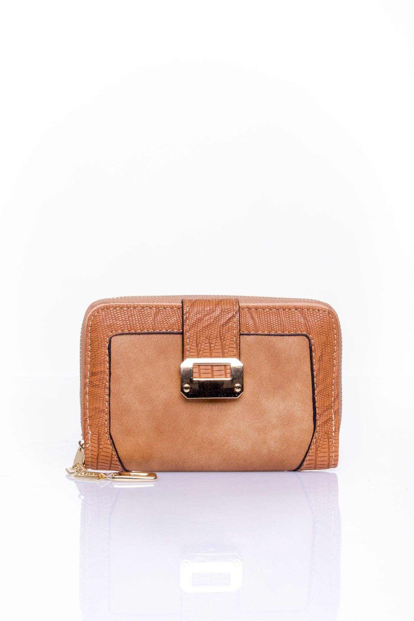 Brązowy portfel z ozdobną złotą klamrą                                  zdj.                                  1