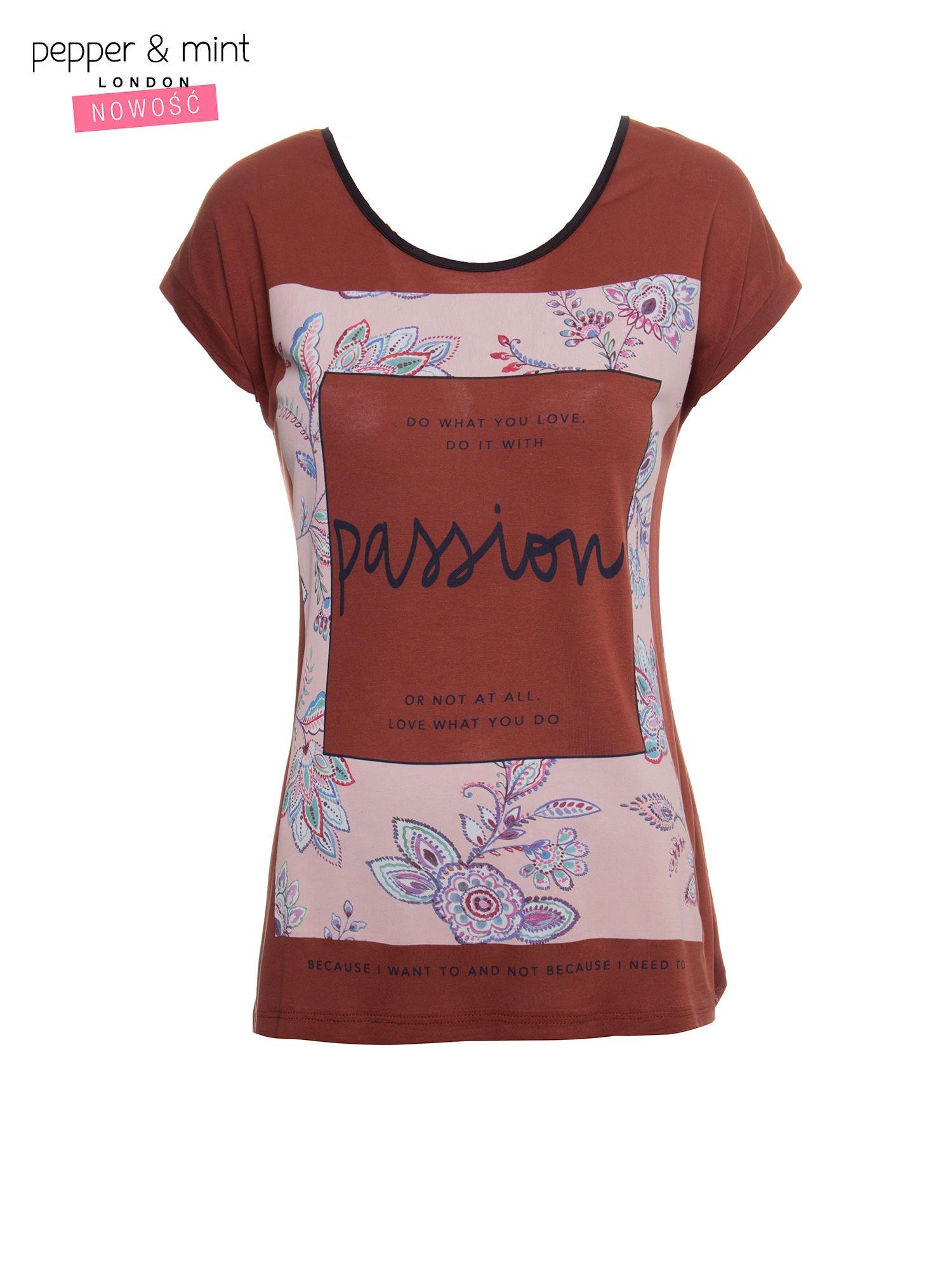 Brązowy t-shirt z nadrukiem PASSION                                  zdj.                                  2